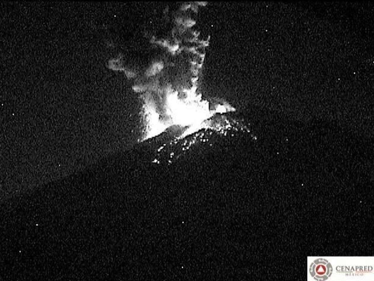 Debido a la explosión de material incandescente que registró el volcán Popocatépetl y la fumarola que alcanzó 2 kilómetros de altura las autoridades alertaron por una posible caída de ceniza. Foto: @LUISFELIPE_P