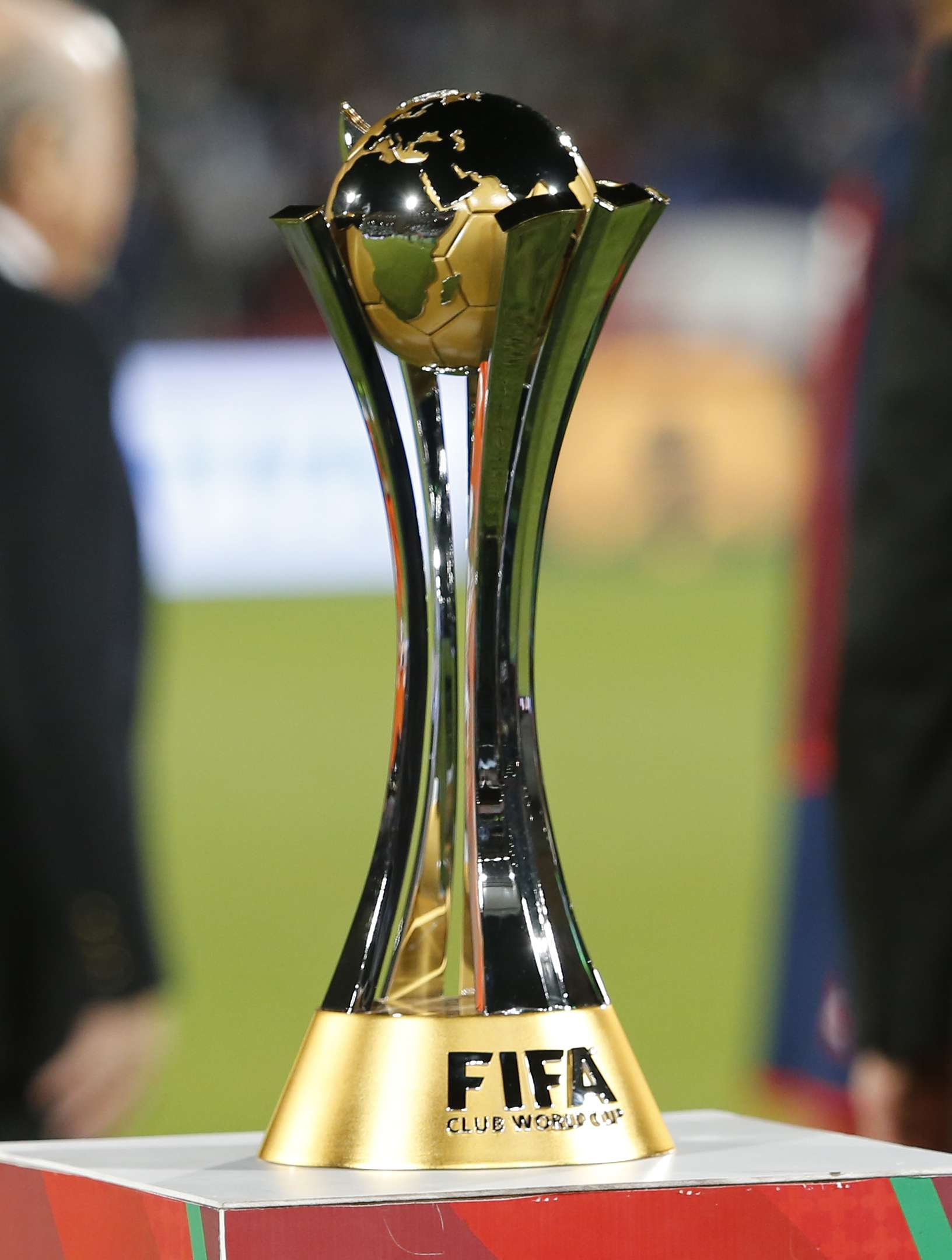 Taça do Mundial é exposta no gramado em final Foto: Abdeljalli Bounhar/AP