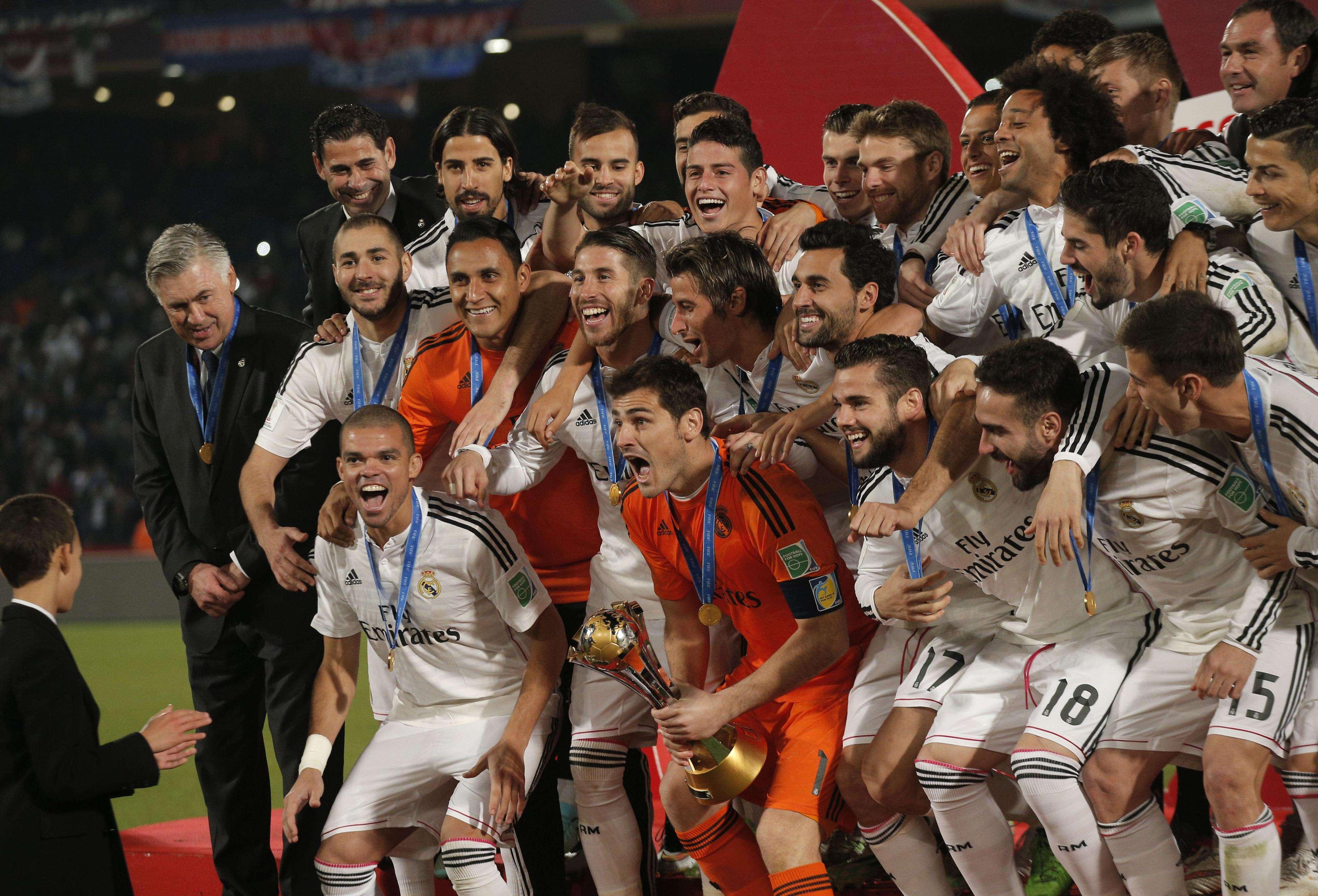 Iker Casillas levanta taça e festeja com companheiros Foto: Christoph Ena/AP