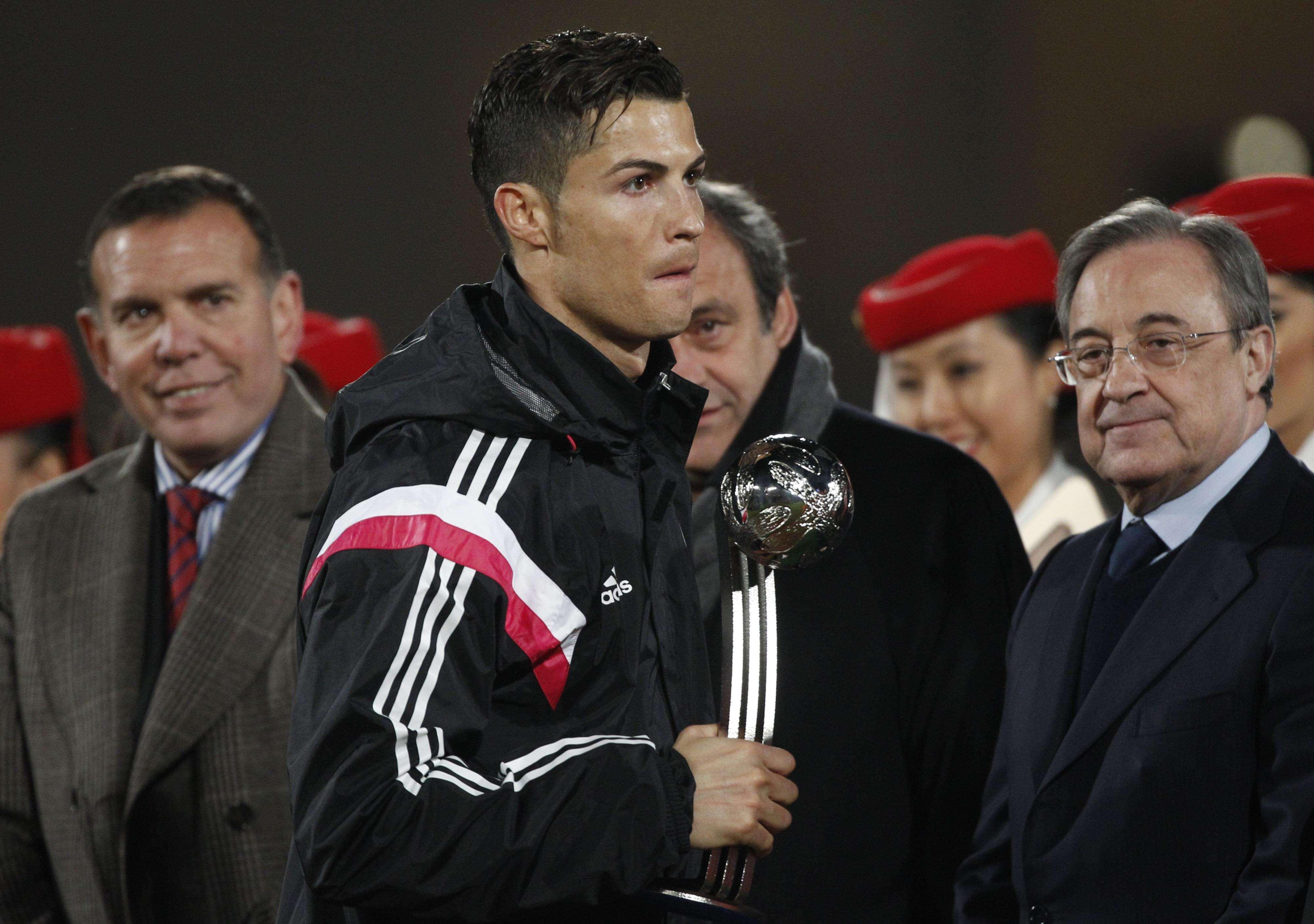 Cristiano Ronaldo cumprimentou Platini apenas após levar a Bola de Prata Foto: Christoph Ena/AP