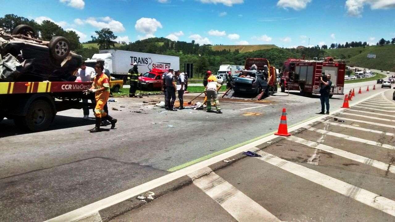 Acidente envolvendo dois veículos deixou 2 mortos e 1 ferido na rodovia Castello Branco, entre São Roque e Araçariguama Foto: Marcelo Roque Redeling/vc repórter