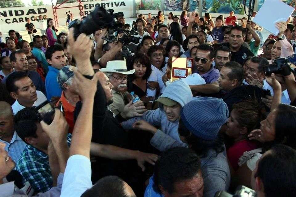 Un evento público convocado por el diputado perredista David Martínez, levantado por un comando y liberado por policías estatales ayer, terminó en una trifulca entre periodistas y simpatizantes del legislador. Foto: Héctor Raúl González/Reforma
