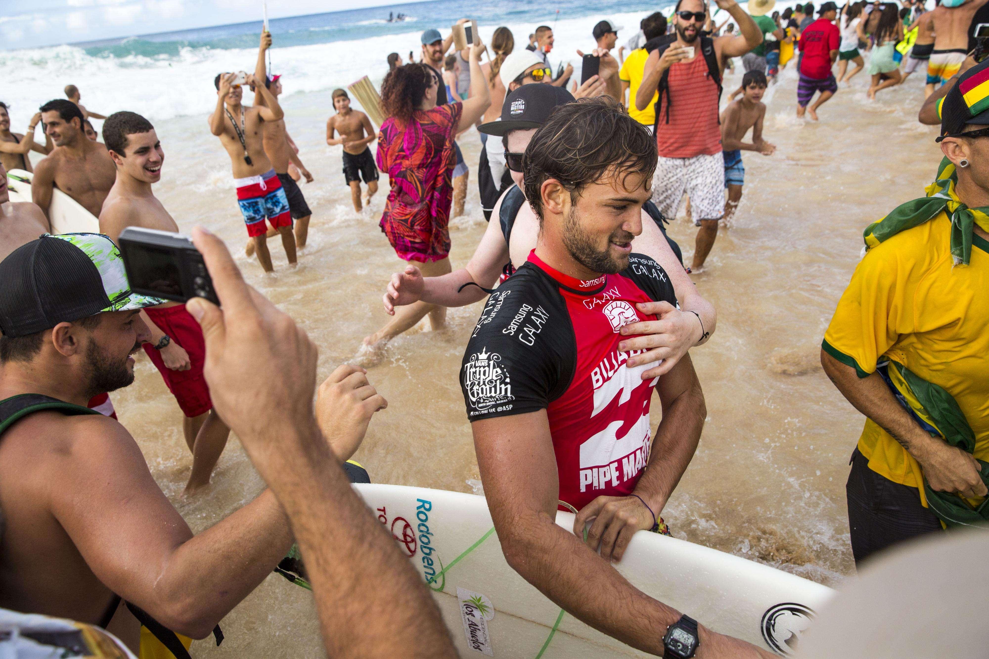 Alejo Muniz deixa mar após bateria em que ajudou Gabriel Medina Foto: Kent Nishimura  /AFP