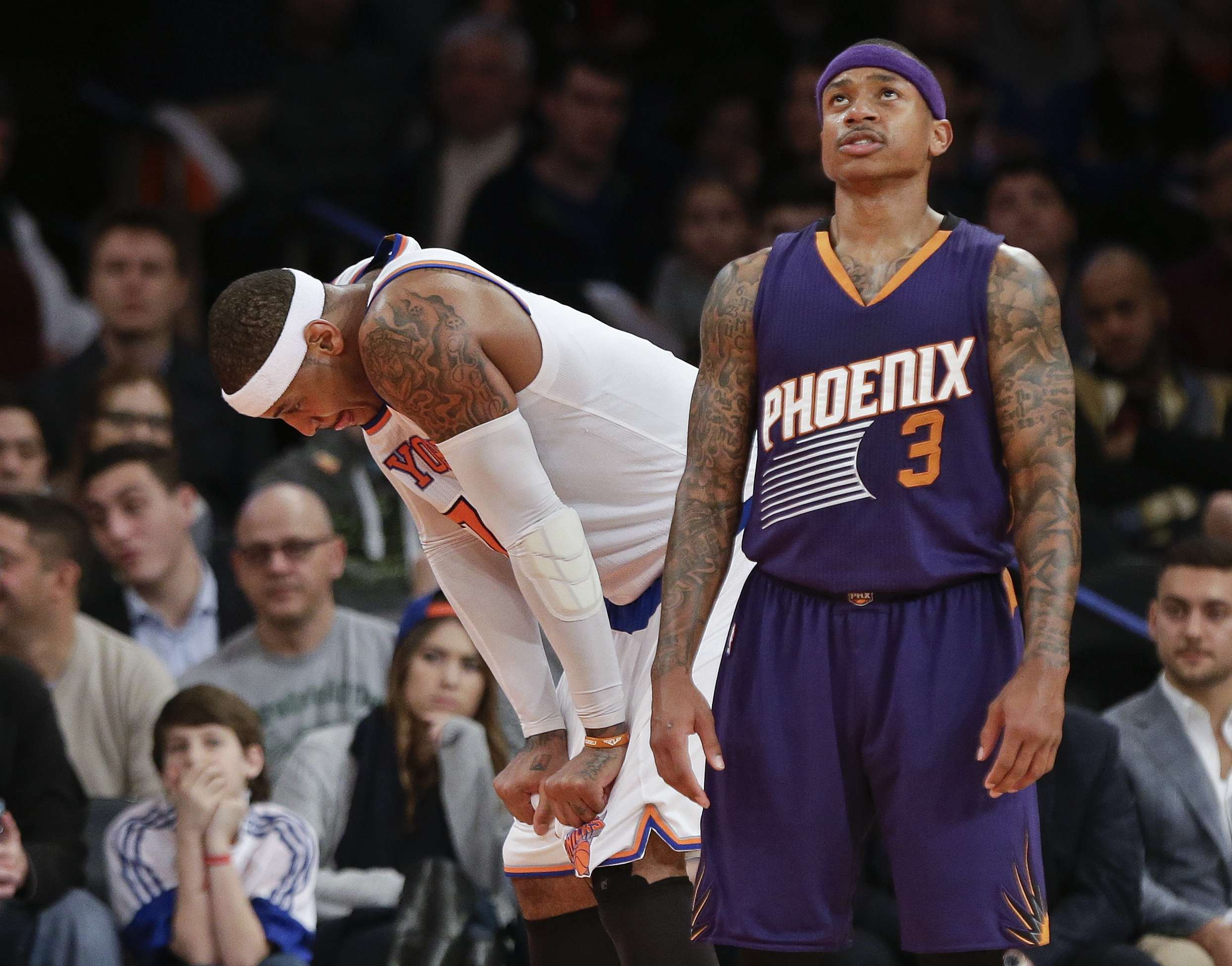 Carmelo Anthony frustrado mientras que Isaiah Thomas anotó 22 puntos. Foto: AP