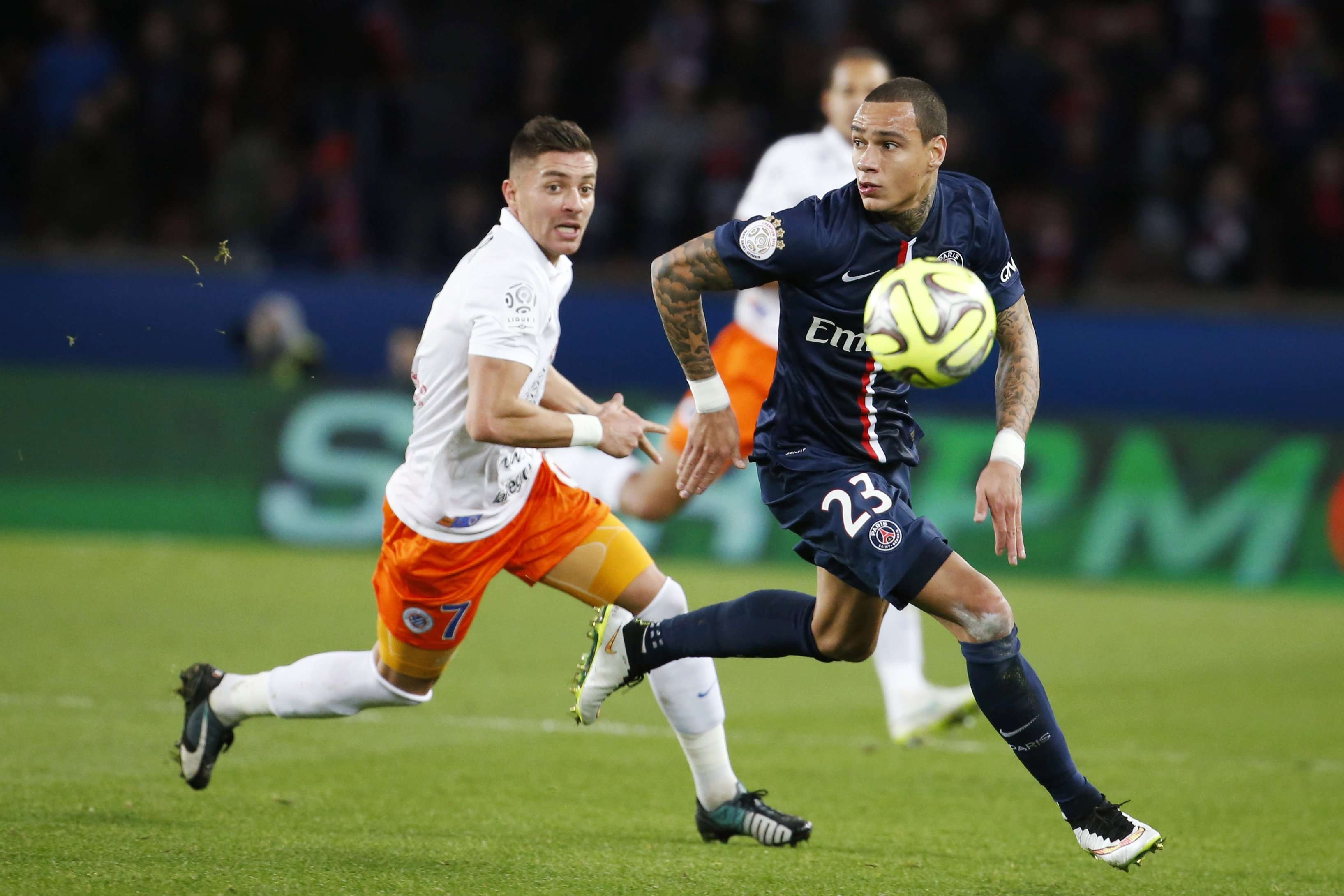 Paris Saint Germain's Gregory Van der Wiel (R) fights for the ball with Montpellier's Anthony Mounier (L) during their French Ligue 1 soccer match at Parc des Princes stadium in Paris, December 20, 2014. REUTERS/Charles Platiau (FRANCE - Tags: SPORT SOCCER) Foto: CHARLES PLATIAU/REUTERS