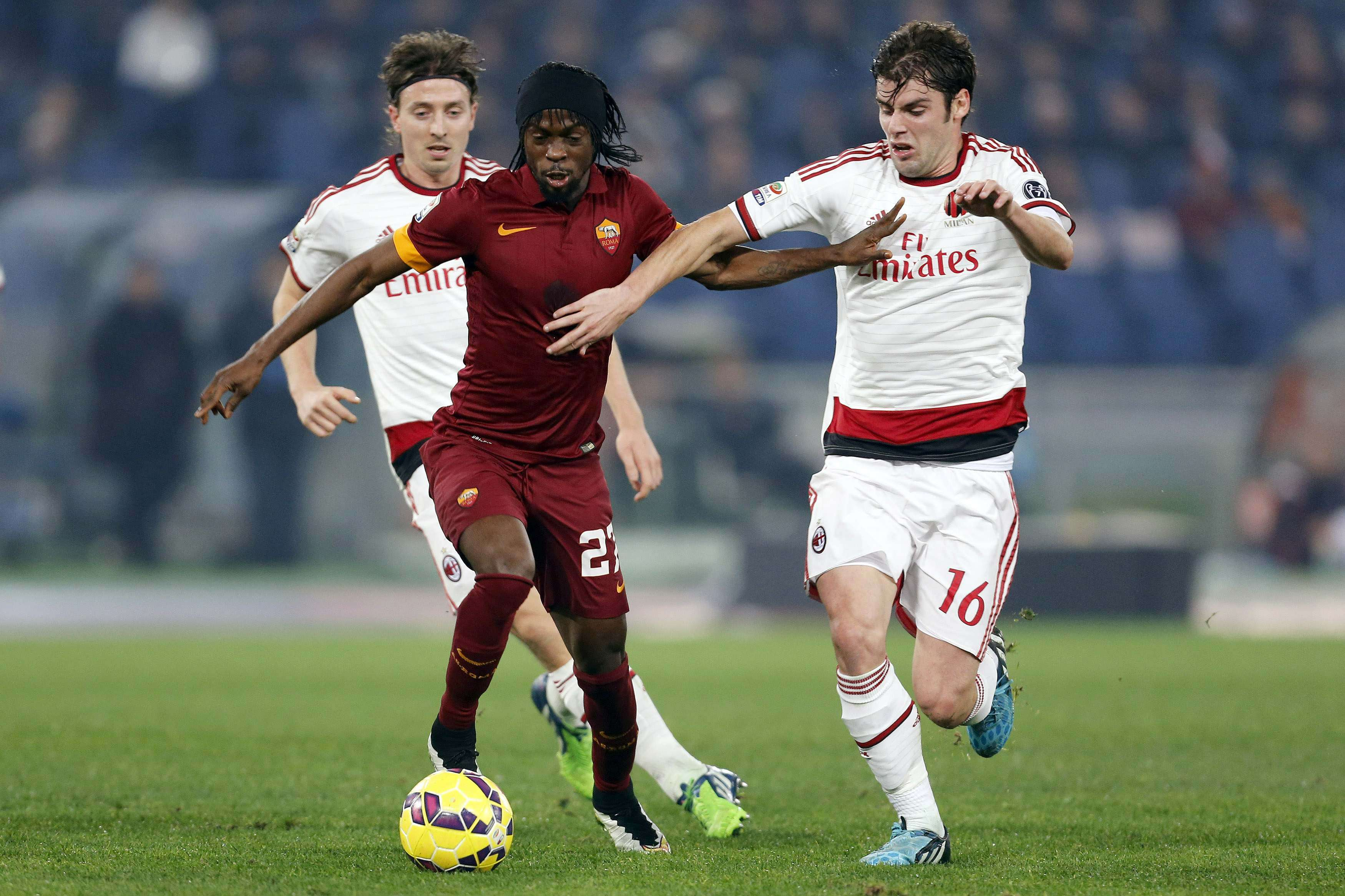 AC Milan's Andrea Poli (R) challenges AS Roma's Gervinho during their Italian Serie A soccer match at the Olympic stadium in Rome, December 20, 2014. REUTERS/Giampiero Sposito (ITALY - Tags: SPORT SOCCER) Foto: GIAMPIERO SPOSITO/REUTERS