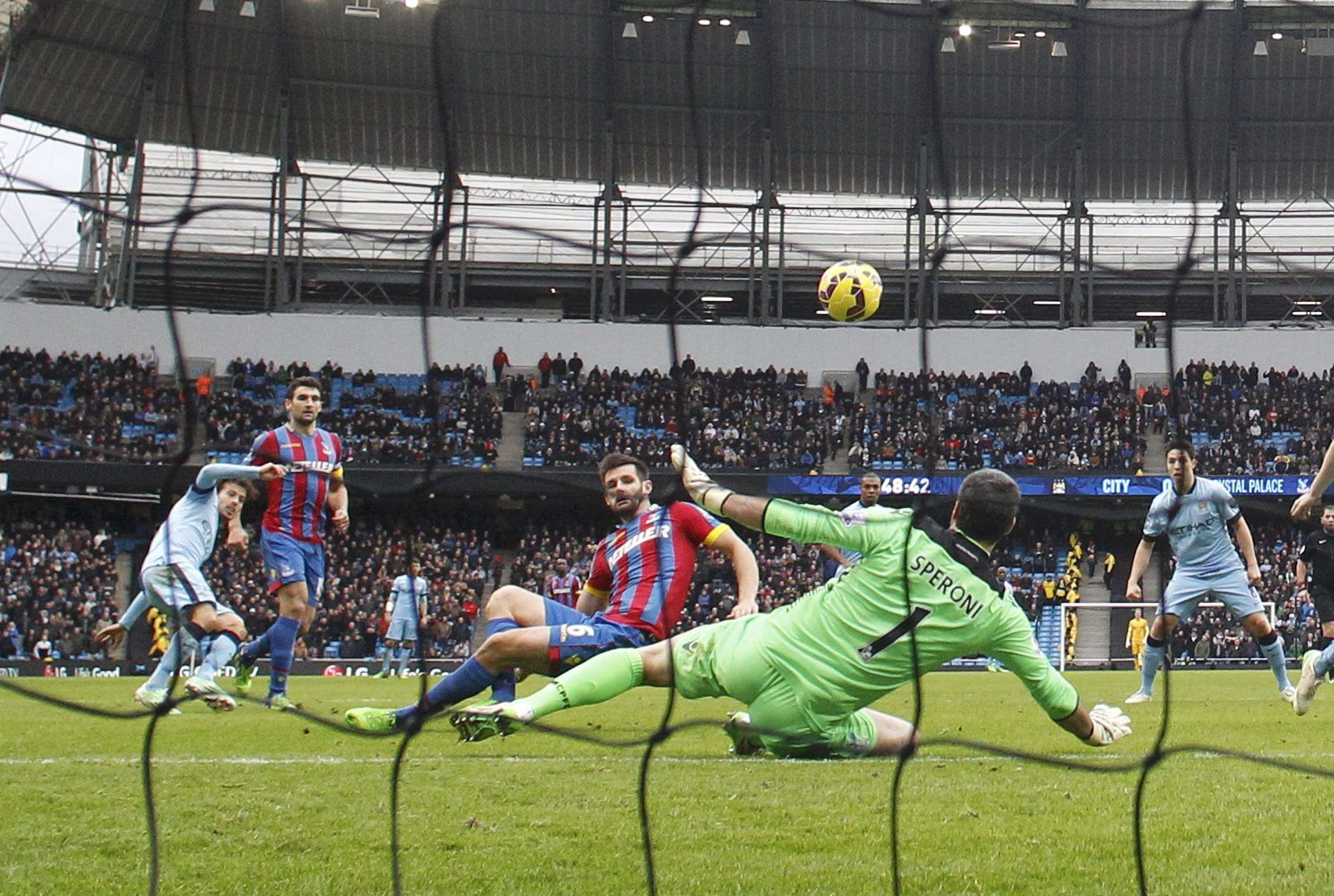 Manchester City's David Silva (L) shoots to score his first goal against Crystal Palace during their English Premier League soccer match at the Etihad Stadium in Manchester, northern England December 20, 2014. REUTERS/Phil Noble (BRITAIN - Tags: SOCCER SPORT) FOR EDITORIAL USE ONLY. NOT FOR SALE FOR MARKETING OR ADVERTISING CAMPAIGNS. EDITORIAL USE ONLY. NO USE WITH UNAUTHORIZED AUDIO, VIDEO, DATA, FIXTURE LISTS, CLUB/LEAGUE LOGOS OR 'LIVE' SERVICES. ONLINE IN-MATCH USE LIMITED TO 45 IMAGES, NO VIDEO EMULATION. NO USE IN BETTING, GAMES OR SINGLE CLUB/LEAGUE/PLAYER PUBLICATIONS. Foto: PHIL NOBLE/REUTERS