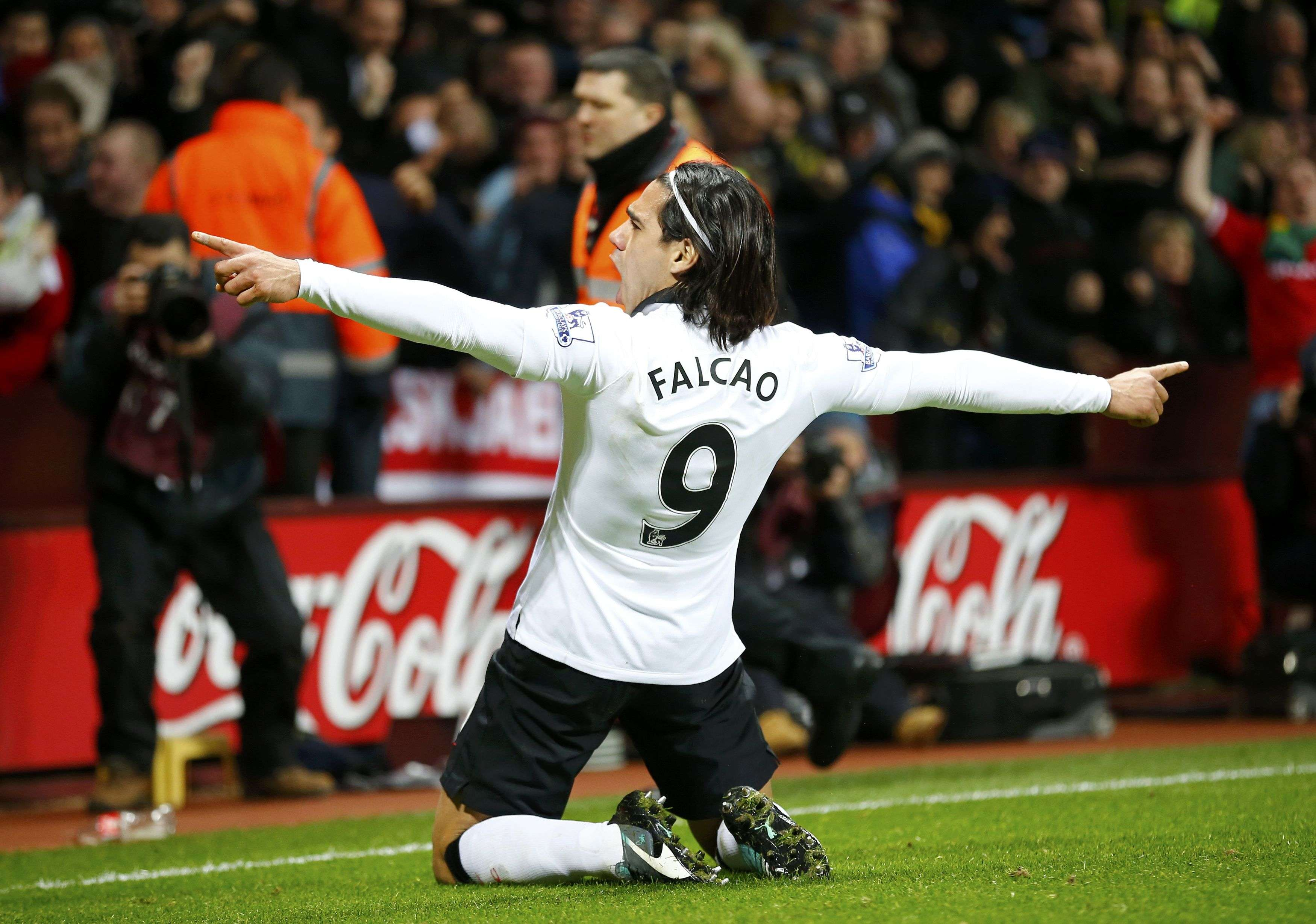 Manchester United's Radamel Falcao celebrates after scoring a goal during their English Premier League soccer match against Aston Villa at Villa Park in Birmingham, central England December 20, 2014. REUTERS/Darren Staples (BRITAIN - Tags: SOCCER SPORT) FOR EDITORIAL USE ONLY. NOT FOR SALE FOR MARKETING OR ADVERTISING CAMPAIGNS. EDITORIAL USE ONLY. NO USE WITH UNAUTHORIZED AUDIO, VIDEO, DATA, FIXTURE LISTS, CLUB/LEAGUE LOGOS OR 'LIVE' SERVICES. ONLINE IN-MATCH USE LIMITED TO 45 IMAGES, NO VIDEO EMULATION. NO USE IN BETTING, GAMES OR SINGLE CLUB/LEAGUE/PLAYER PUBLICATIONS. Foto: DARREN STAPLES/REUTERS