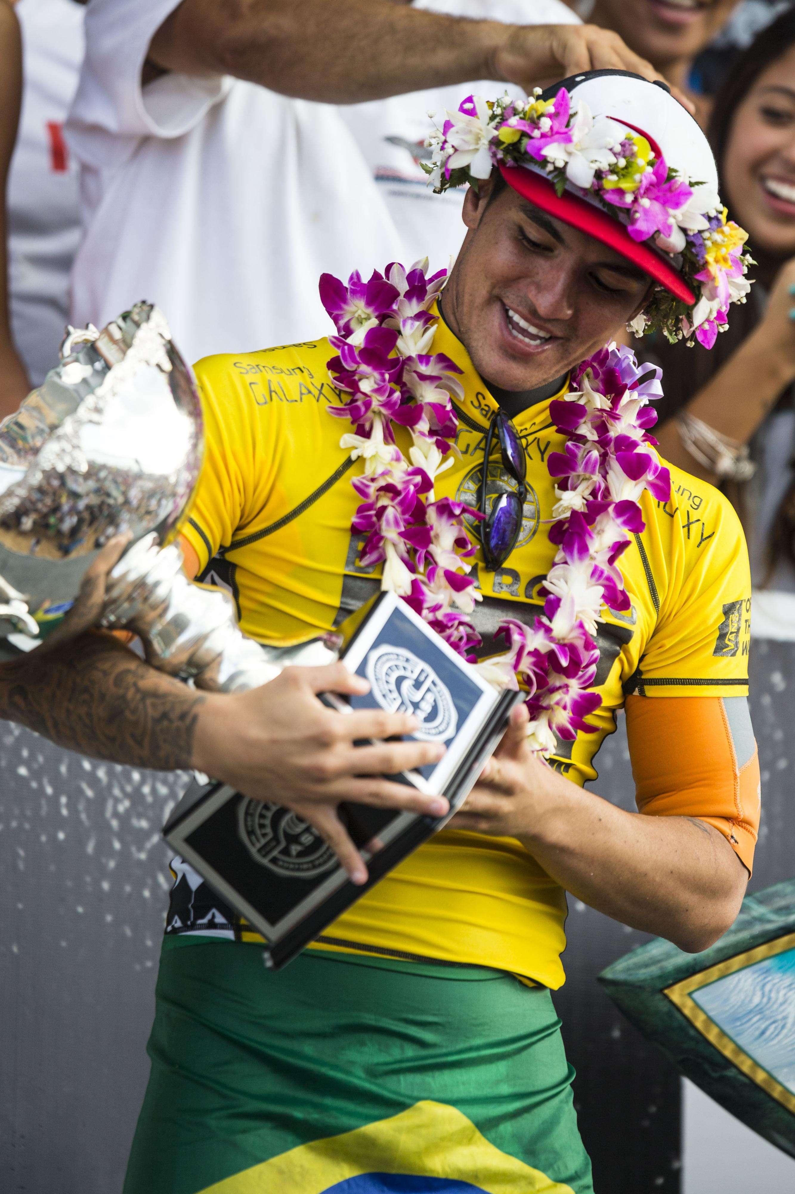 Medina ganha troféu de campeão; vice-campeonato em Pipeline na despedida do ano Foto: Kent Nishimura/AFP