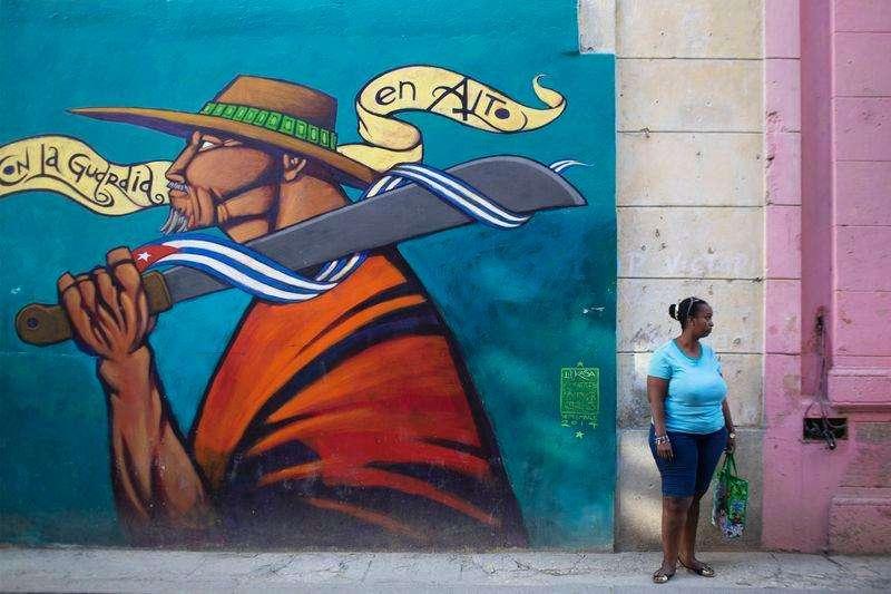 La economía de Cuba crecería un 4 por ciento en el 2015 después de una expansión del 1,3 por ciento este año, dijo el viernes el ministro de Economía Marino Murillo. En la imagen, una mujer en una calle en el centro de Havana el 19 de diciembre de 2014. Foto: Alexandre Meneghini/Reuters
