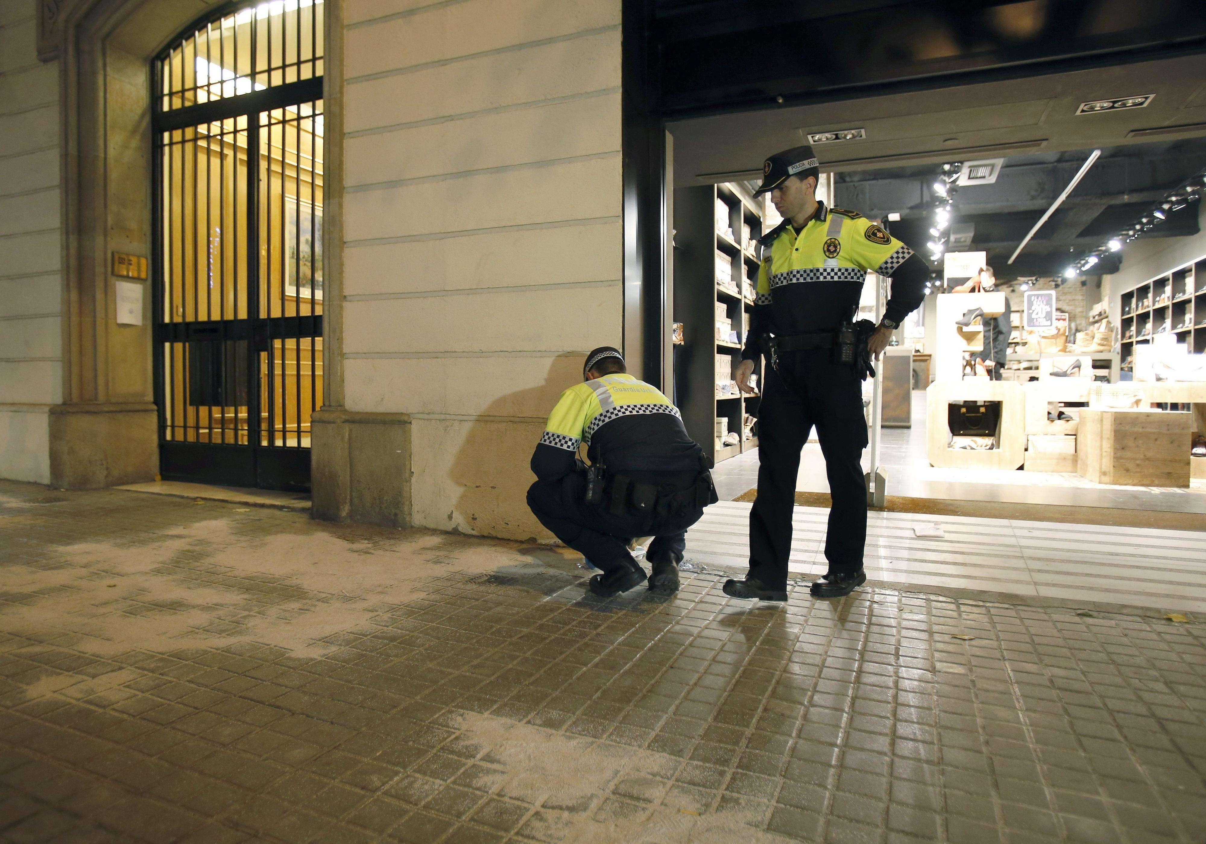 Agentes de la Guardia Urbana de Barcelona ante el lugar donde tuvo lugar la pelea con armas blancas, en el centro de Barcelona. Foto: EFE en español