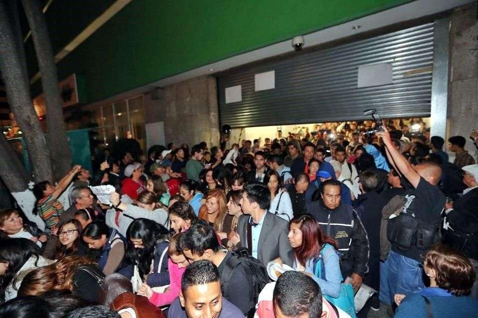 Luego de más de nueve horas de mantener cerradas las puertas de la Condusef, los ahorradores afectados de Ficrea permitieron la salida de empleados, personal de servicio social y demás personas que estaban dentro del recinto. Foto: Juan Manuel Valdivia/Reforma