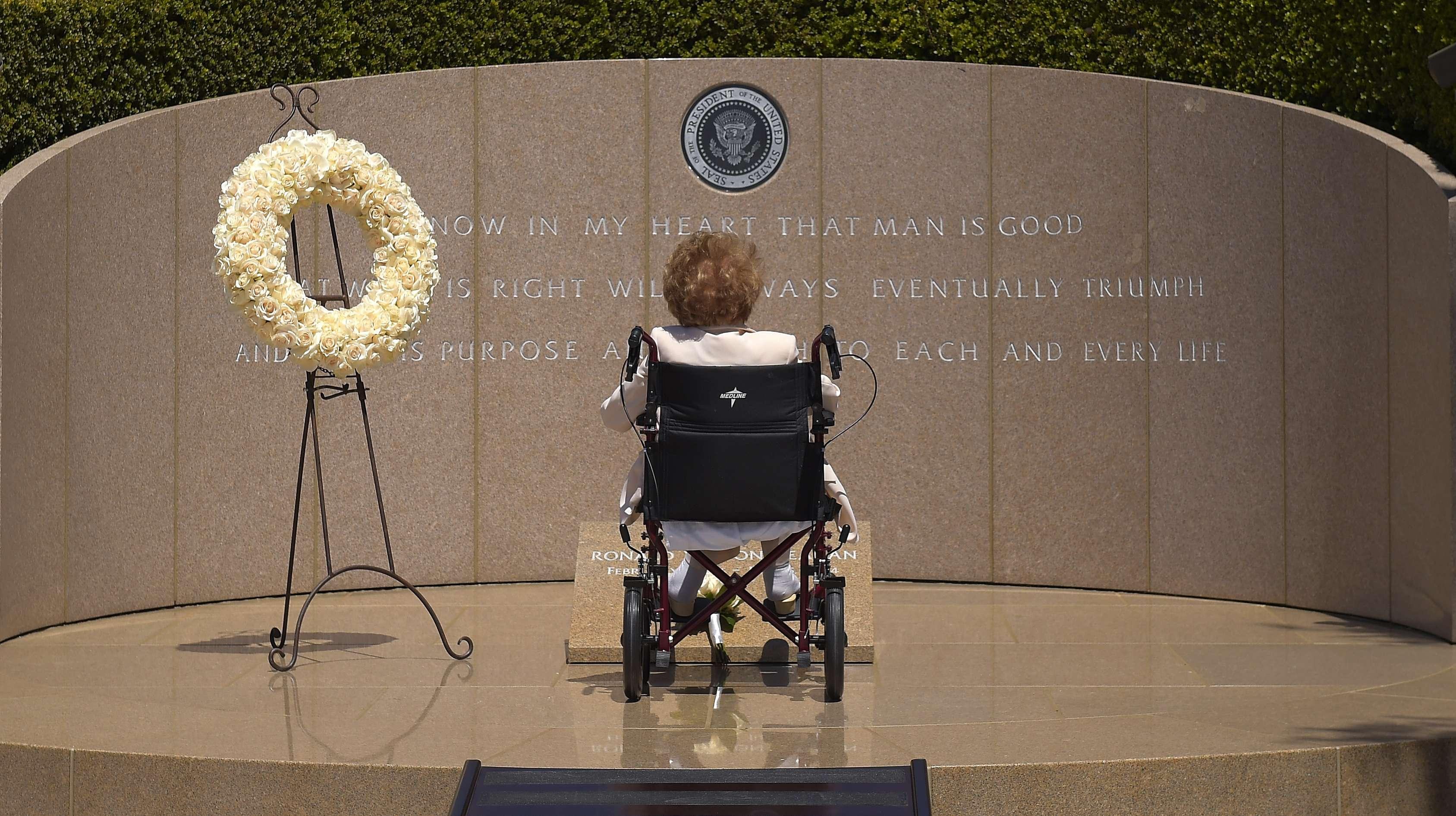 Jueves 05 de junio.- La exprimera dama de Estados Unidos Nancy Reagan visita la tumba de su marido, el presidente Ronald Reagan, en la Biblioteca Presidencial Ronald Reagan, en Simi Valley, California, en su décimo aniversario luctuoso. Foto: AP