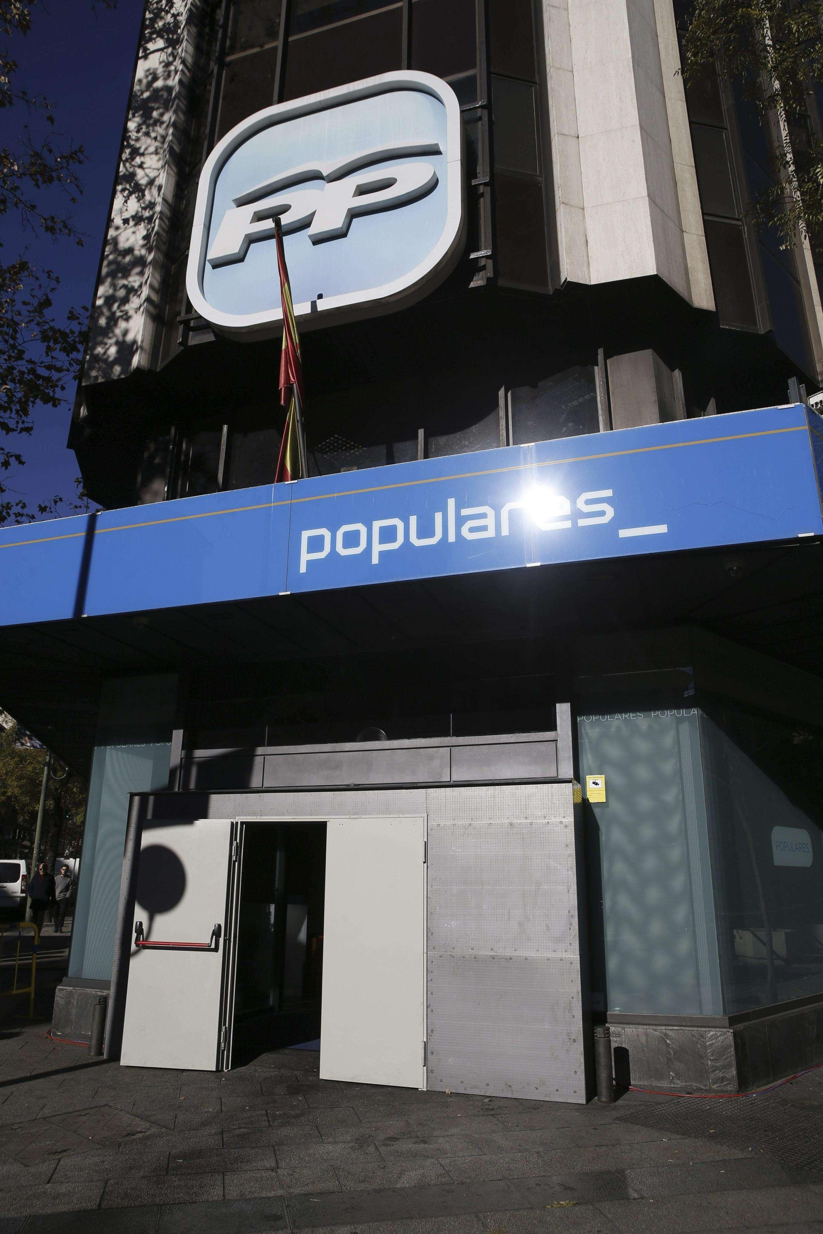 Aspecto que presentaba esta mañana la fachada de la sede del Partido Popular, después de que un hombre empotrara ayer su coche con explosivos contra la puerta principal del edificio. Foto: EFE en español