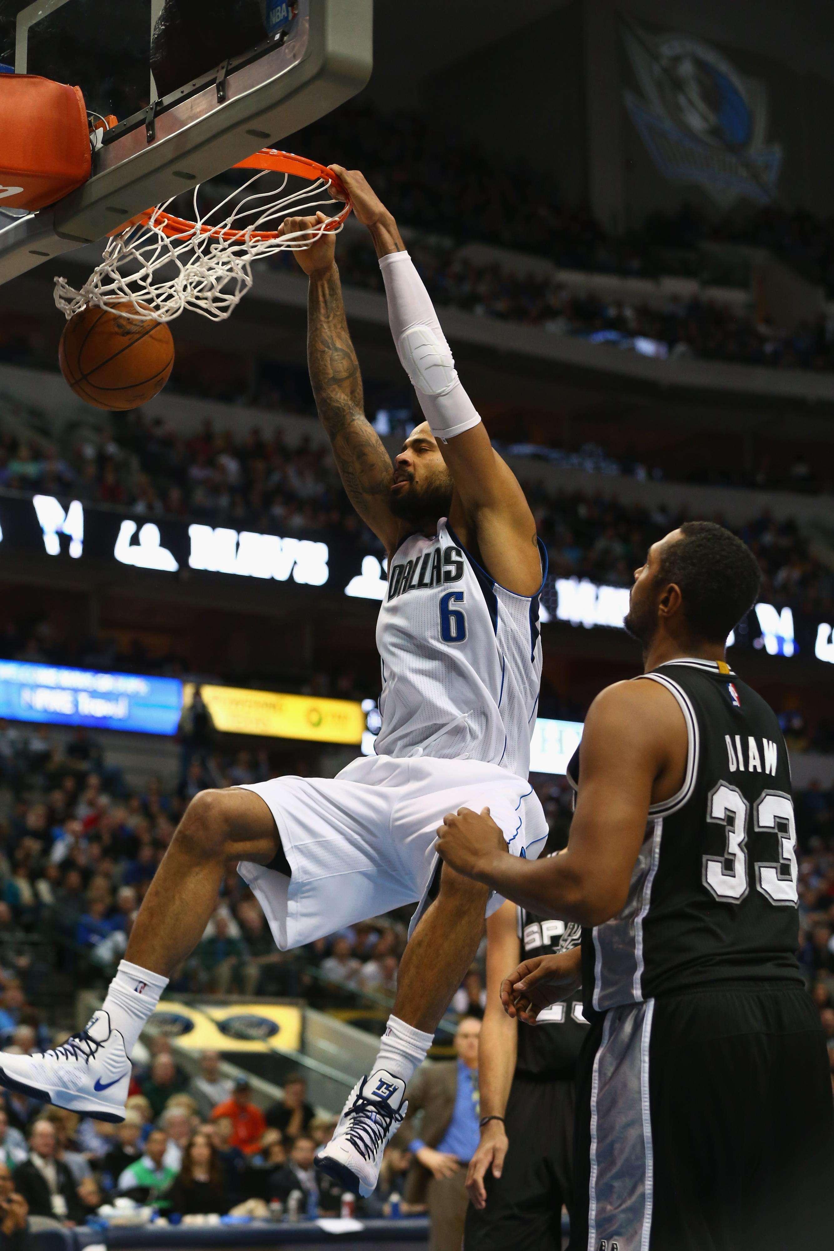 Tyson Chandler clavando el balón ante la nula defensa de Spurs Foto: Gettyimages
