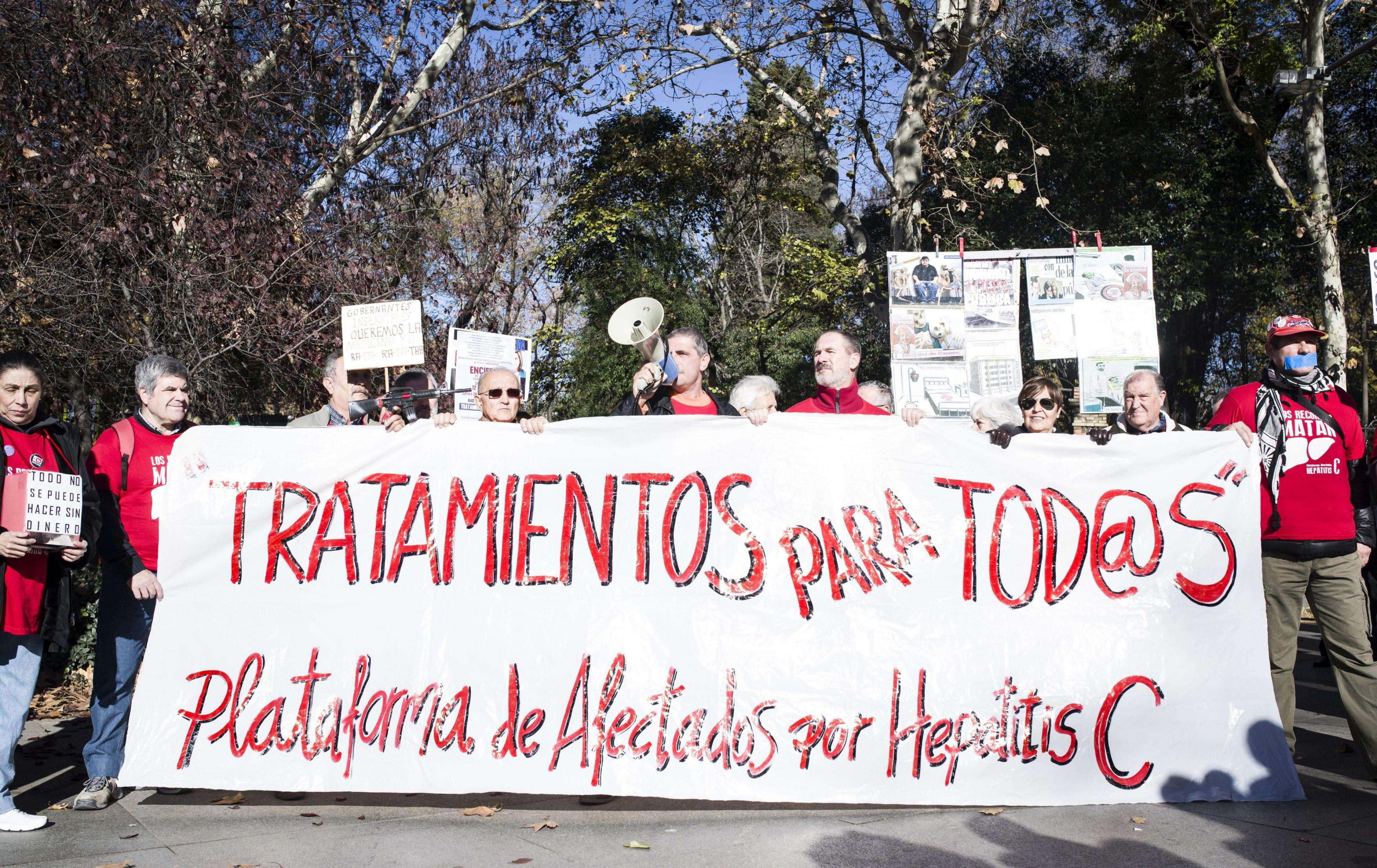 """Participantes en la concentración convocada por La Mesa en defensa de la sanidad pública en la vigésimoséptima de la """"marea blanca"""". Foto: EFE en español"""