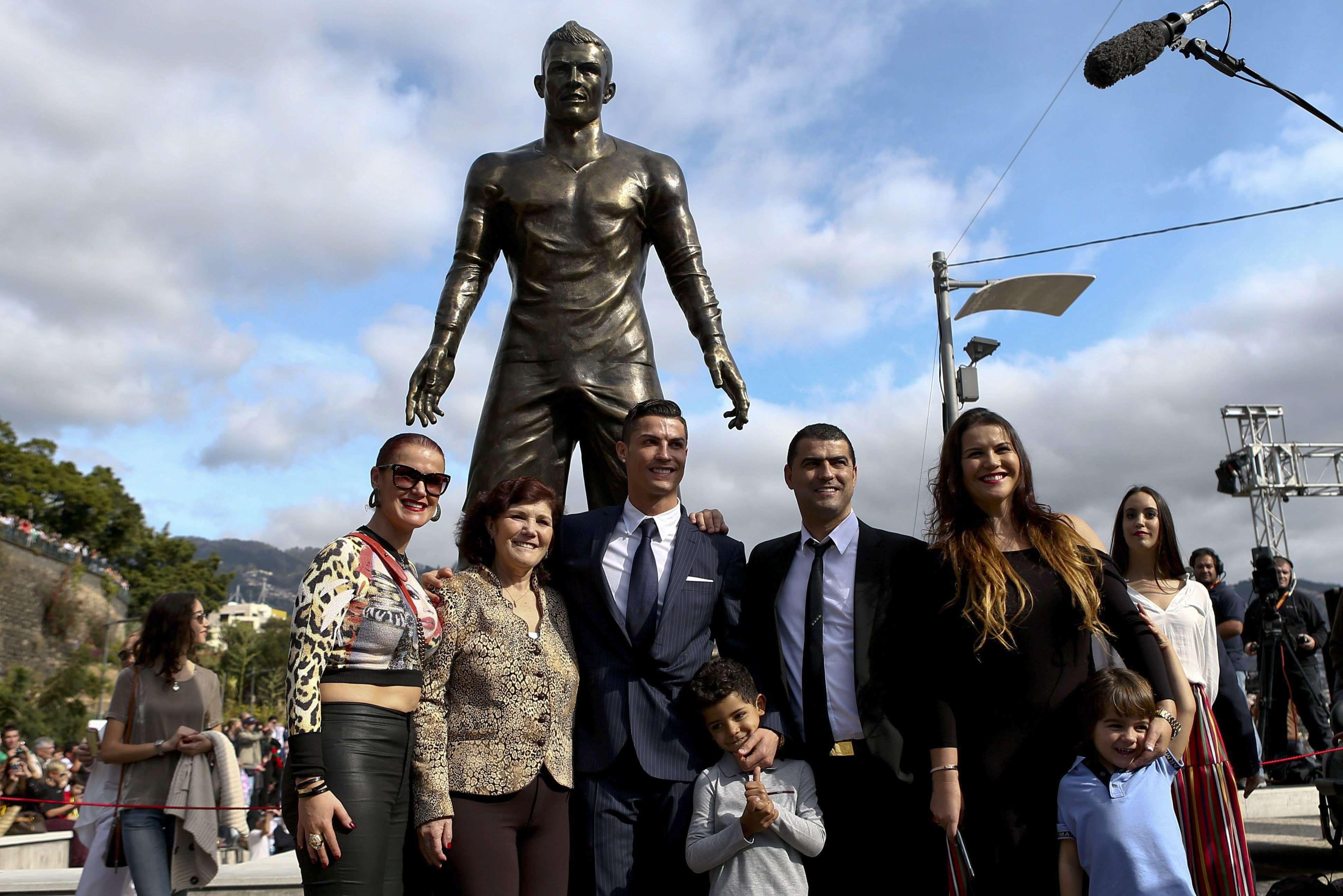 Ronaldo posa con su familia junto a su estatua recién inaugurada en Madeira. Foto: EFE en español
