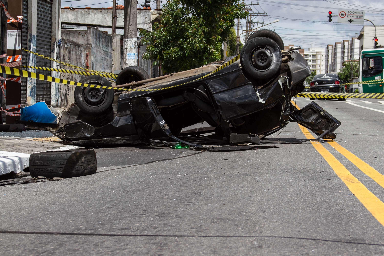 Carro ficou destruído após o acidente Foto: Erick Florio/Futura Press
