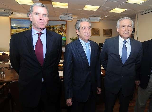 Jorge Tarud junto al agente ante la Haya Felipe Bulnes y el caciller Heraldo Muñoz Foto: Agencia UNO