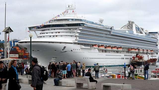 El crucero Golden Princess, es otro de los que se encuentra en Valparaíso, con una capacidad de 2,590 pasajeros más de 700 cabinas, y con 290 metros de longitud se encuentra recalado en el Muelle Prat desde el 19 de diciembre. Foto: Agencia UNO