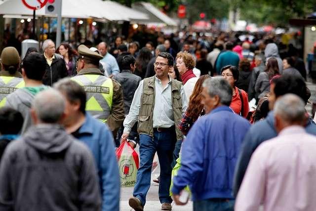 En el último fin de semana antes de Navidad, cientos de santiaguinos y miles de chilenos estuvieron realizando sus compras navideñas, las imágenes corresponden a lo que se vivió en el Paseo Ahumada de Santiago. Foto: Agencia UNO