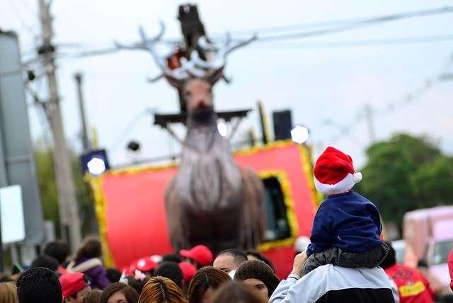 """Un muñeco gigante de """"Rodolfo el reno"""" se paseó por Av. Vicuña Mackenna, durante la realización de una actividad navideña organizada por la Municipalidad de La Florida que consta de un show artístico en el que """"Rodolfo el reno"""", extraviado, recorre las calles de la comuna, en busca del viejito pascuero. Foto: Agencia UNO"""