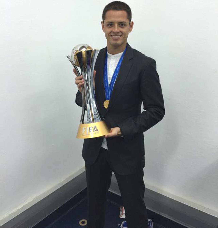 'Chicharito' presume el trofeo del Mundial de Clubes. Foto: Twitter Chicharito