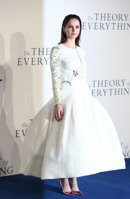 "Felicity Jones luce un vestido con efecto 3D en la premiere de su película ""The theory of everything"". Foto: GettyImages"