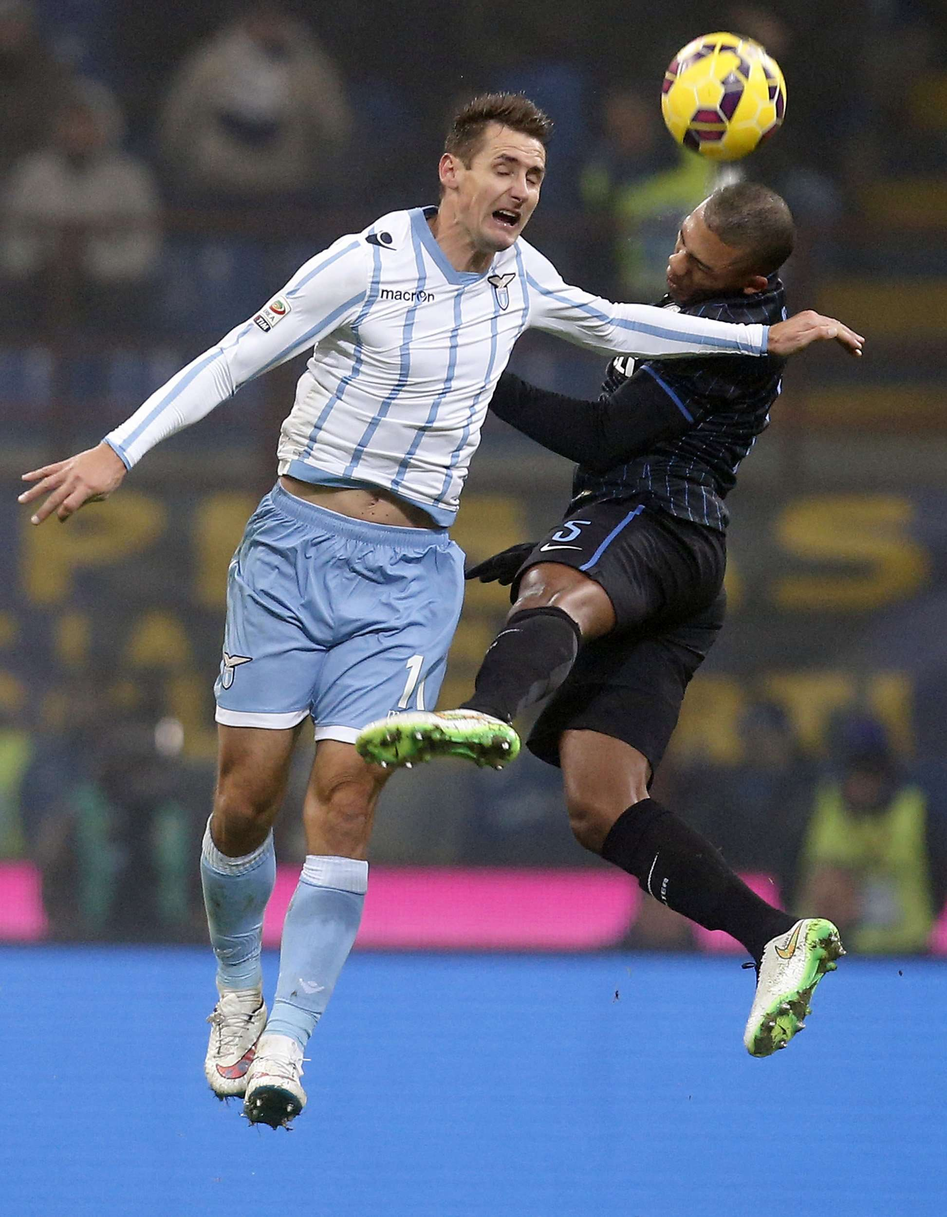 Inter Milan's Juan Jesus (R) jumps for the ball with Lazio's Miroslav Klose during their Italian Serie A soccer match at the San Siro stadium in Milan December 21, 2014. REUTERS/Alessandro Garofalo (ITALY - Tags: SPORT SOCCER) Foto: ALESSANDRO GAROFALO/REUTERS
