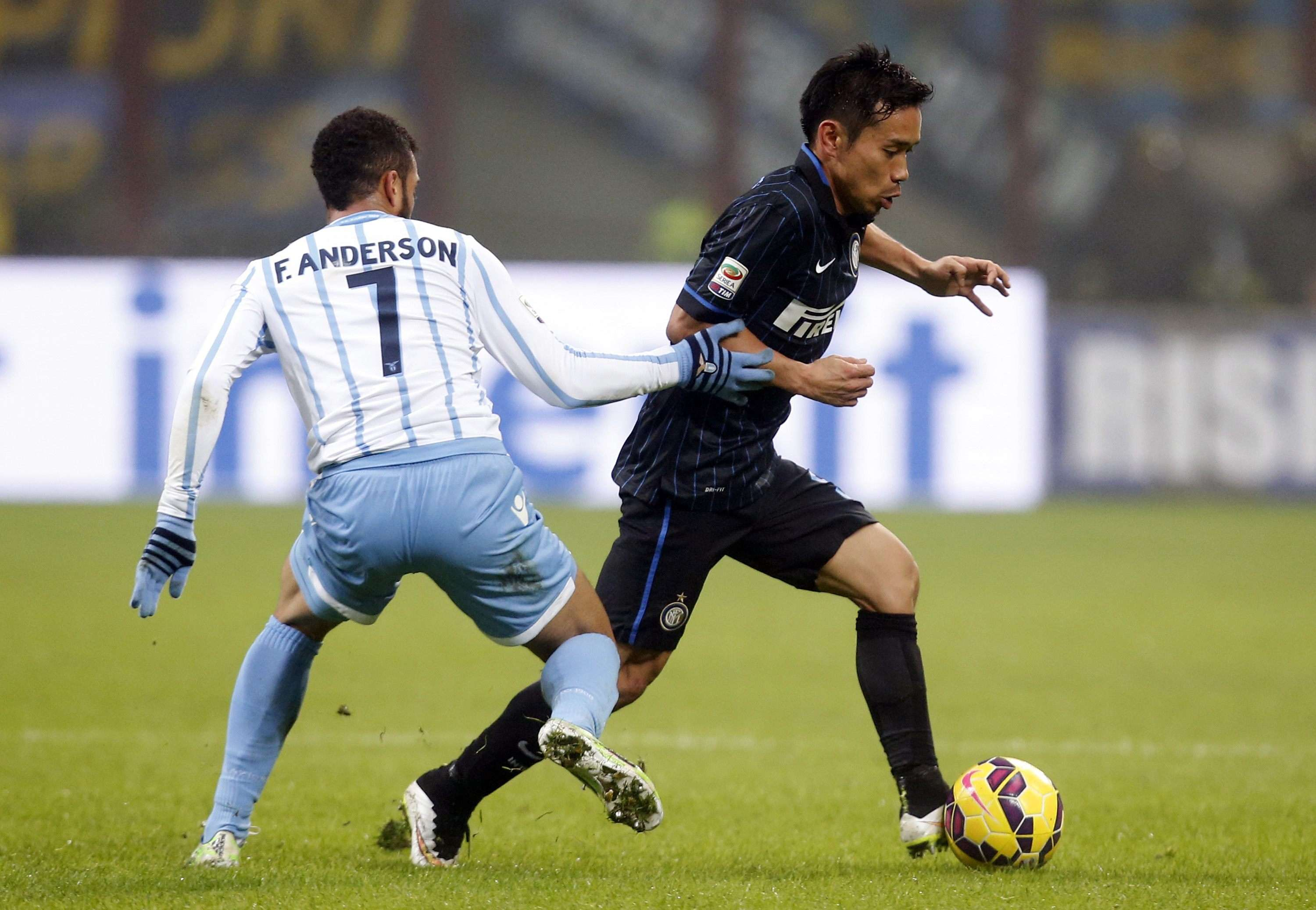 Inter Milan's Yuto Nagatomo (R) fights for the ball with Lazio's Felipe Anderson during their Italian Serie A soccer match at the San Siro stadium in Milan December 21, 2014. REUTERS/Alessandro Garofalo (ITALY - Tags: SPORT SOCCER) Foto: ALESSANDRO GAROFALO/REUTERS