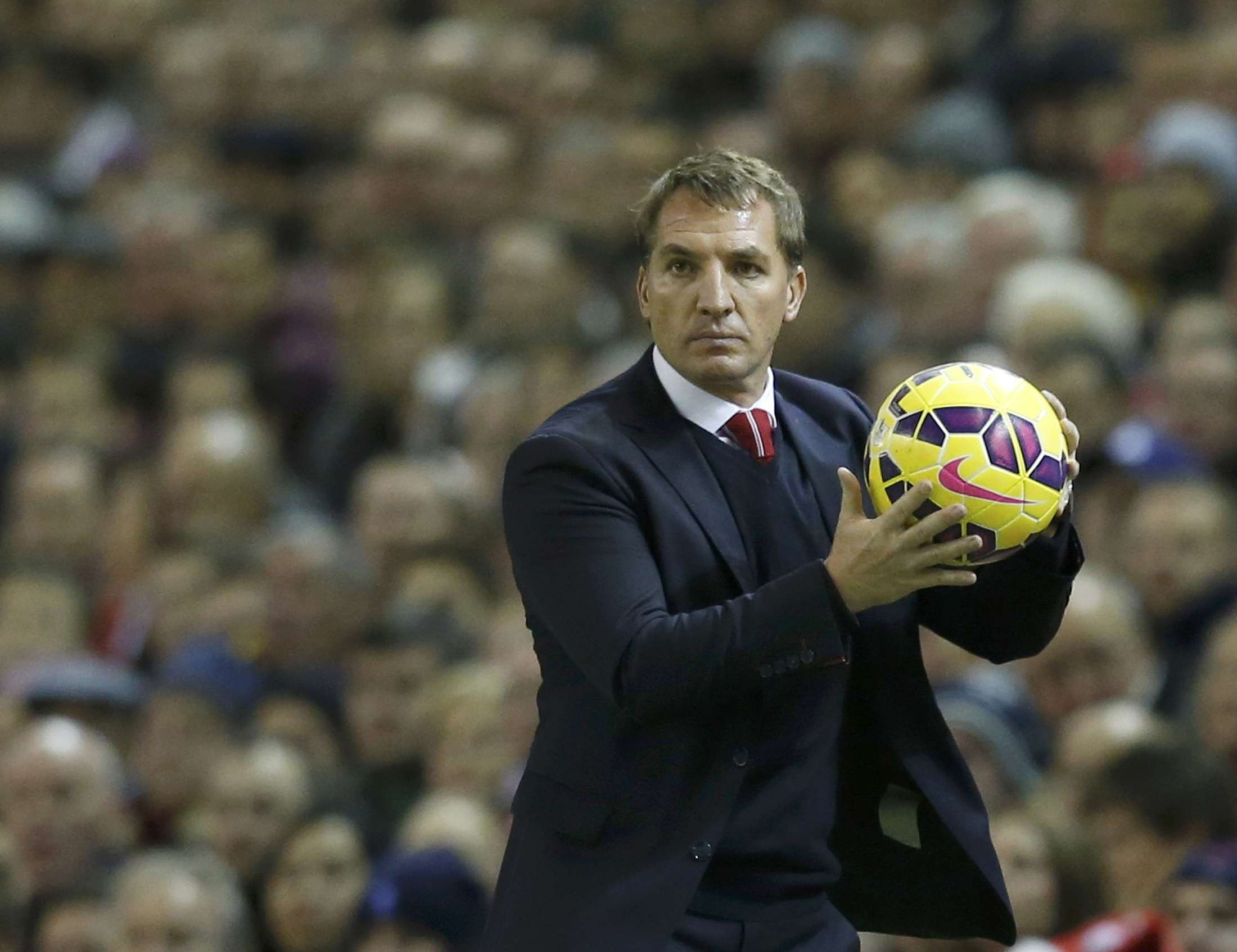 Liverpool manager Brendan Rodgers catches the ball during their English Premier League soccer match against Arsenal at Anfield in Liverpool, northern England December 21, 2014. REUTERS/Phil Noble (BRITAIN - Tags: SOCCER SPORT) FOR EDITORIAL USE ONLY. NOT FOR SALE FOR MARKETING OR ADVERTISING CAMPAIGNS. EDITORIAL USE ONLY. NO USE WITH UNAUTHORIZED AUDIO, VIDEO, DATA, FIXTURE LISTS, CLUB/LEAGUE LOGOS OR 'LIVE' SERVICES. ONLINE IN-MATCH USE LIMITED TO 45 IMAGES, NO VIDEO EMULATION. NO USE IN BETTING, GAMES OR SINGLE CLUB/LEAGUE/PLAYER PUBLICATIONS. Foto: PHIL NOBLE/REUTERS