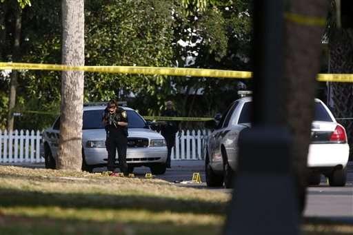 El atacante se estrelló contra un árbol al momento de huir, posteriormente fue detenido. Foto: AP en español