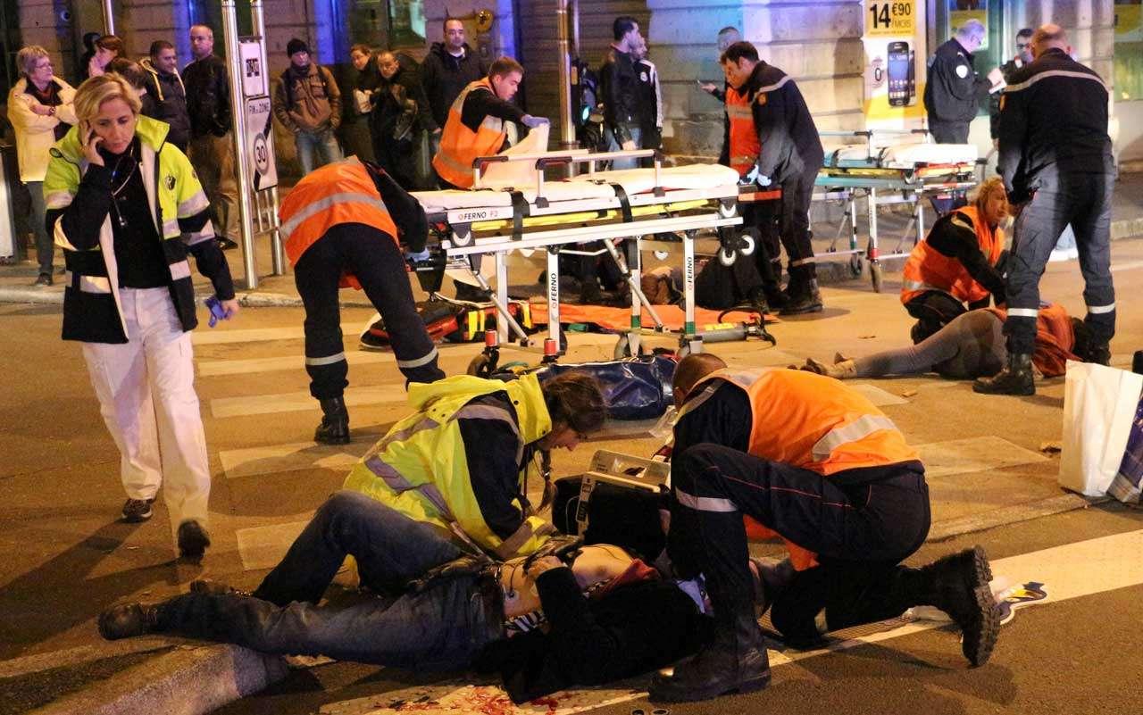 Servicios de emergencia atienden a las víctimas de un atropellamiento deliberado que causó 13 heridos en varias partes de Dijon, Francia, el domingo 22 de diciembre de 2014. Foto: AP en español