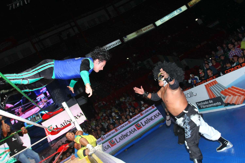 Tras una gira por Costa Rica, Mr. Niebla reapareció en la Arena México para conseguir el triunfo con Felino y Thunder ante Valiente, Máscara Dorada y Volador Jr. Foto: Terra