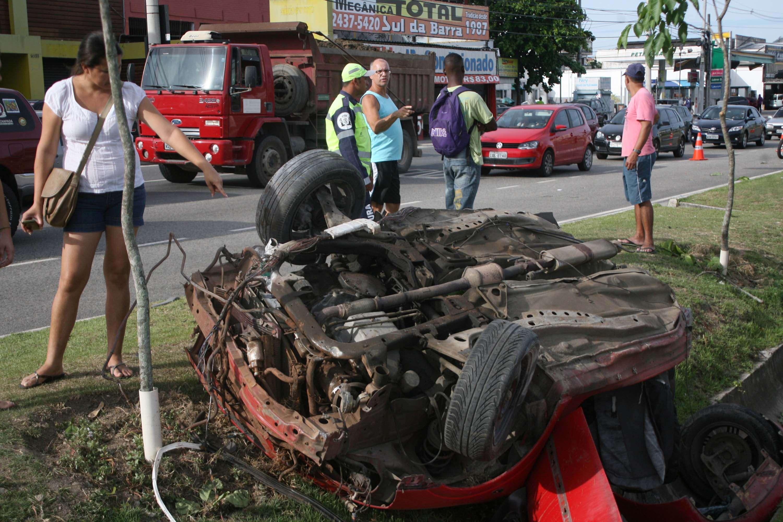 Carro partiu ao meio após bater em um poste Foto: Jadson Marques/Futura Press