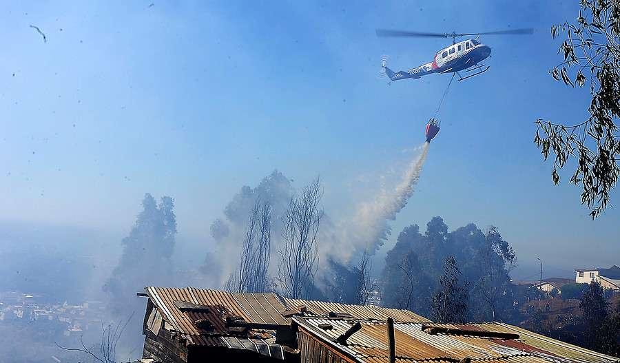 Varios focos de incendios forestales en descontrol obligaron a la Onemi a declarar Alerta Roja en toda la Región de Valparaíso. Jardín Botánico de Viña del Mar, Quilpué, Hijuelas, Casablanca y Valparaíso las zonas afectadas. Foto: Agencia UNO