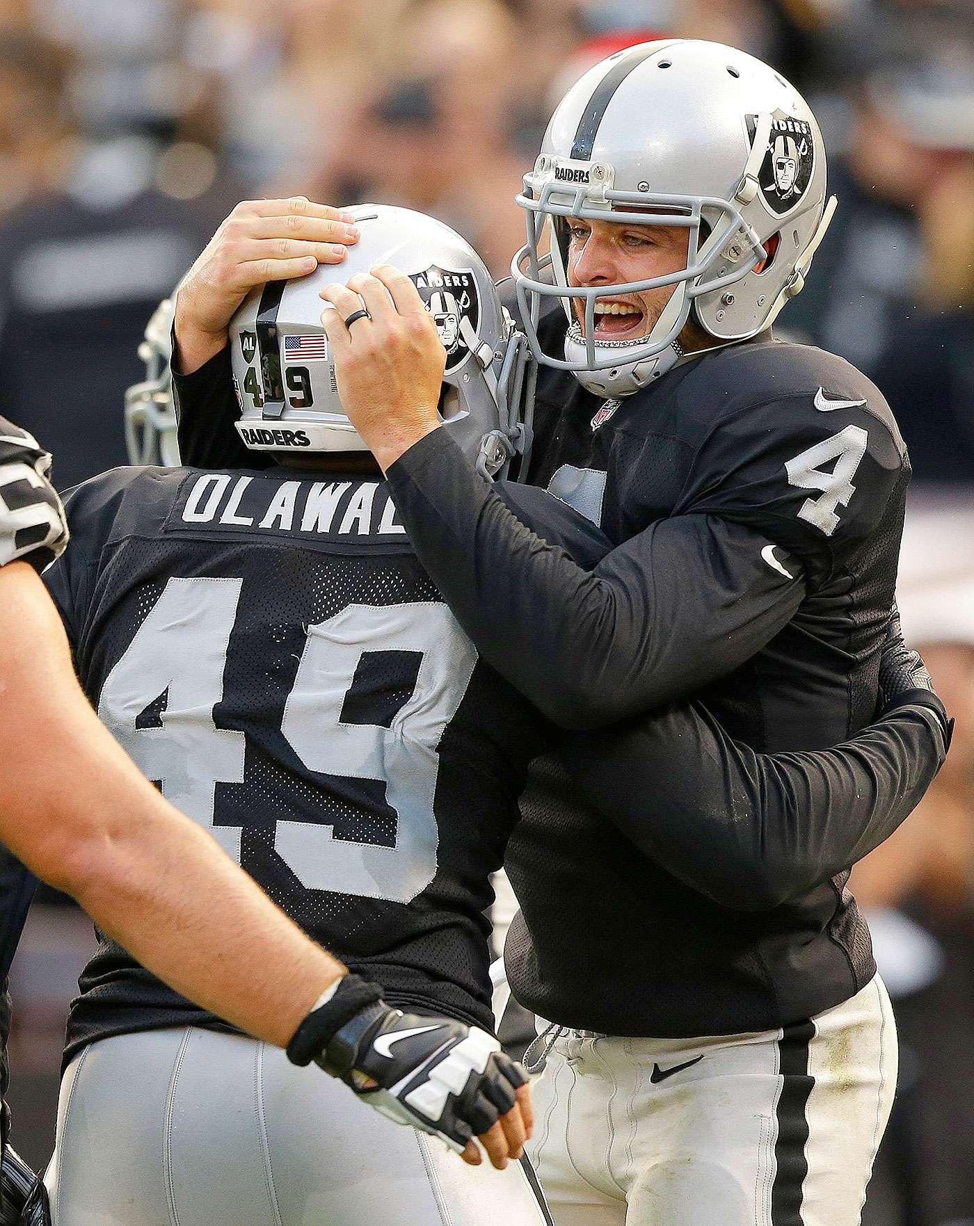 Derek Carr lanzó dos pases de touchdown y Sebastian Janikowski pateó cuatro goles de campo para ayudar a los Raiders saque a los Bills de los playoffs con un triunfo de 26-24. Los Bills (8-7) necesitaban ganar sus dos últimos partidos y un poco de ayuda para poner fin a la sequía más larga de playoffs en activo de la NFL con 15 temporadas. Los Raiders llegaron a 13 años sin postemporada. Foto: AP