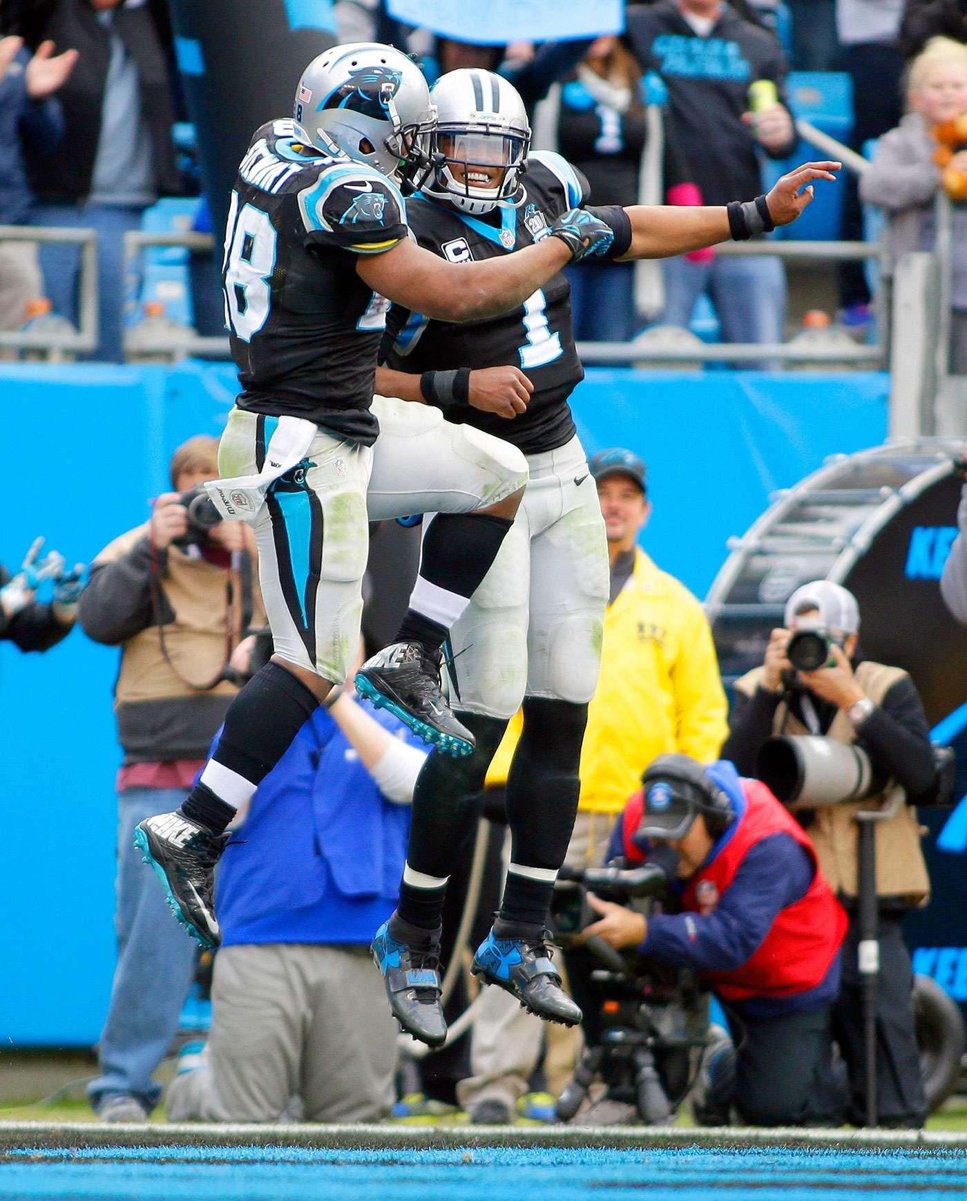 Jonathan Stewart (28) y su compañero Cam Newton, de los Panthers de Carolina, saltan para festejar luego que el primero logró un touchdown contra los Browns de Cleveland, en el partido del domingo 21 de diciembre de 2014 Foto: Bob Leverone/AP