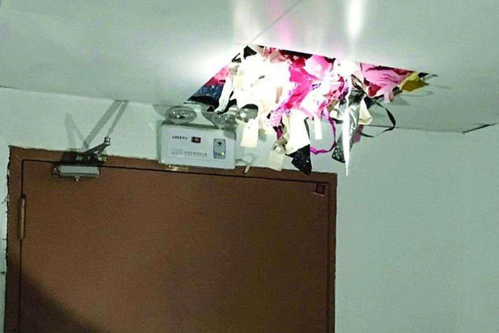 Esconderijo foi revelado quando um dos tetos das escadas cedeu pelo peso da roupa e vários conjuntos de sutiãs e calcinhas caíram no chão Foto: Weibo/Reprodução
