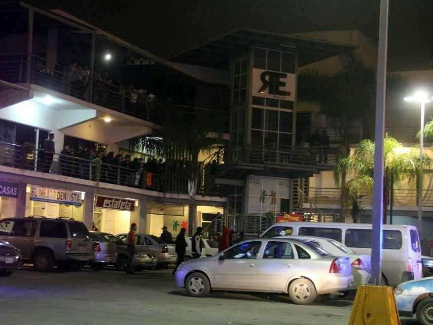 Los hombres que realizaron el ataque emplearon armas AR-15 y descendieron de dos taxis, según las primeras indagatorias. Foto: Reforma/Iván Mata