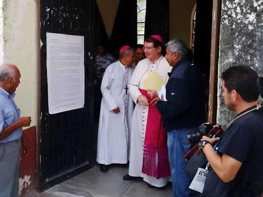 Cristophe Pierre, Nuncio Apostólico en México, acudió a la Normal Rural Raúl Isidro Burgos de Ayotzinapa, para reunirse con familiares de los estudiantes. Foto: Reforma/Alfonso Juárez