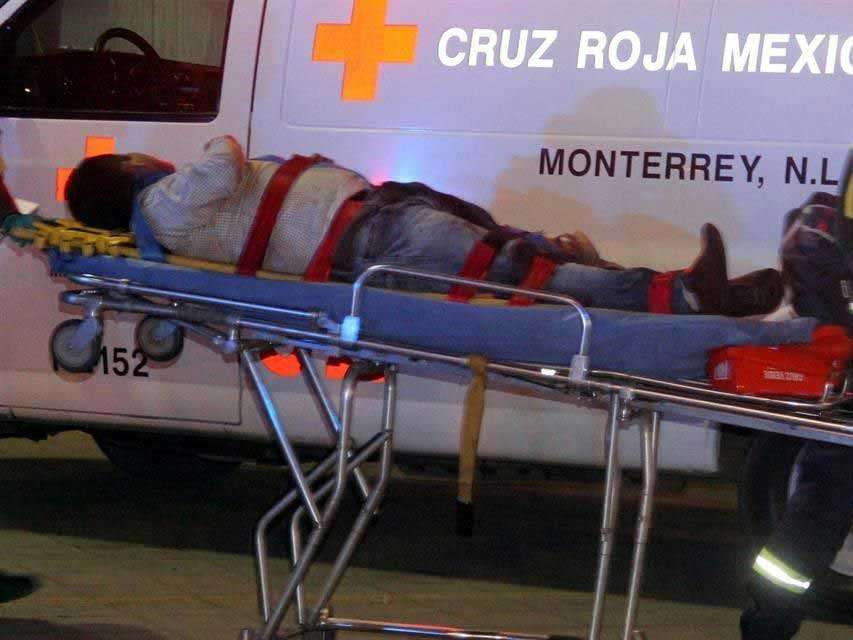 El suceso movilizó a los cuerpos policiales, además de militares y equipos de rescate de Cruz Roja, Cruz Verde de Monterrey, y Emergencias San Nicolás. Foto: Reforma/Iván Mata