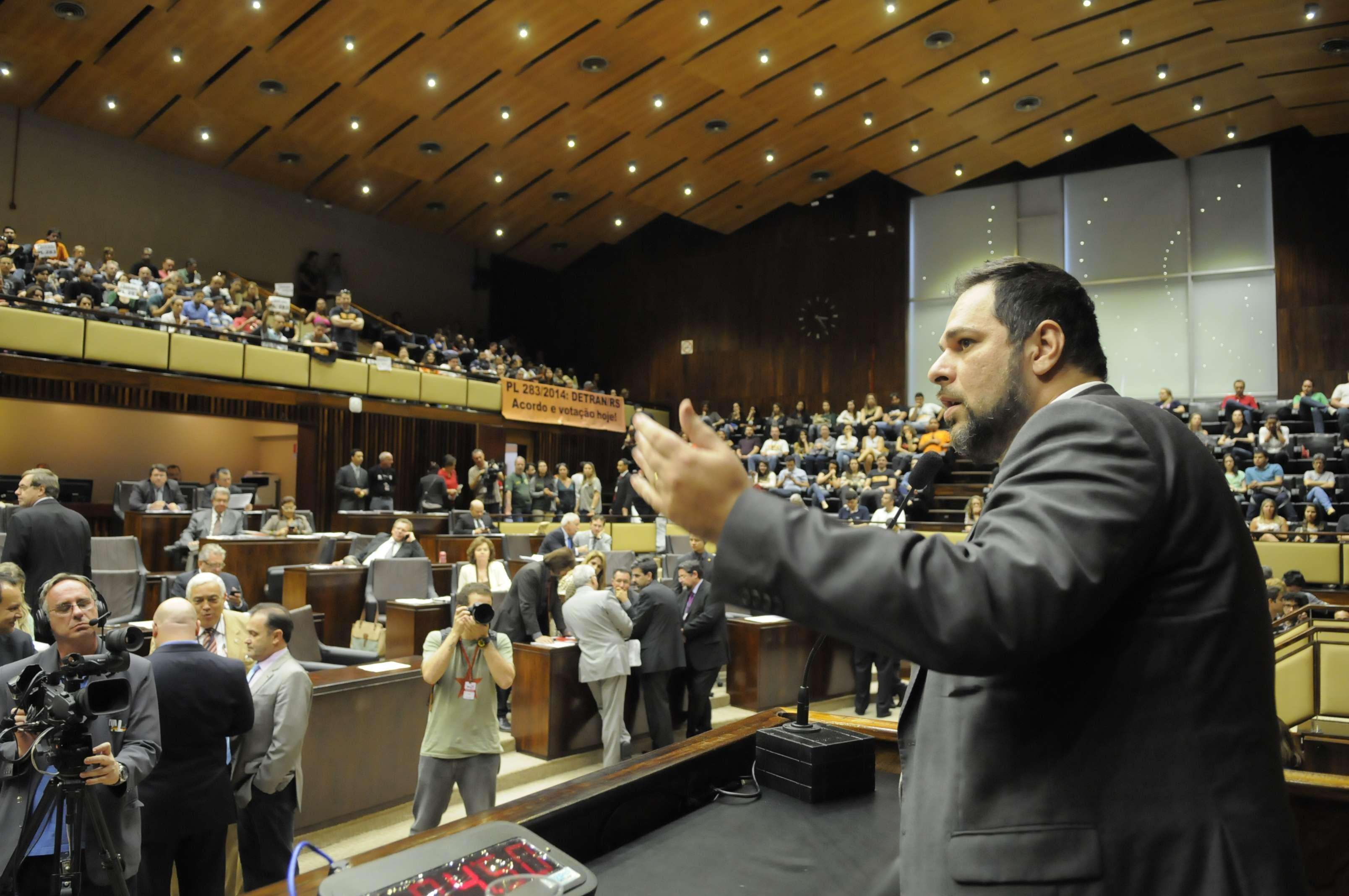 O deputado estadual Mano Changes (PP) bateu boca com os manifestantes nas galerias, e teve o pronunciamento interrompido em vários momentos Foto: Agência ALRS/Divulgação