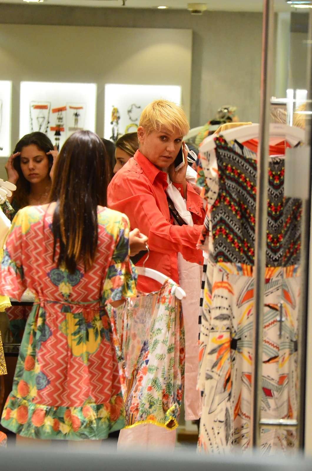 Xuxa foi vista em um shopping do Rio de Janeiro nesta segunda-feira (22) Foto: Henrique Oliveira /AgNews