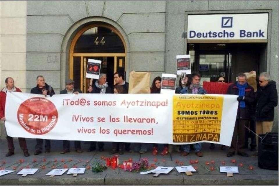 """Los manifestantes que portaban retratos de los estudiantes desaparecidos desplegaron una gran pancarta en la que se podía leer: """"¡Tod@s somos Ayotzinapa! ¡Vivos se los llevaron, vivos los queremos!"""" Foto: Imagen tomada de Twitter"""