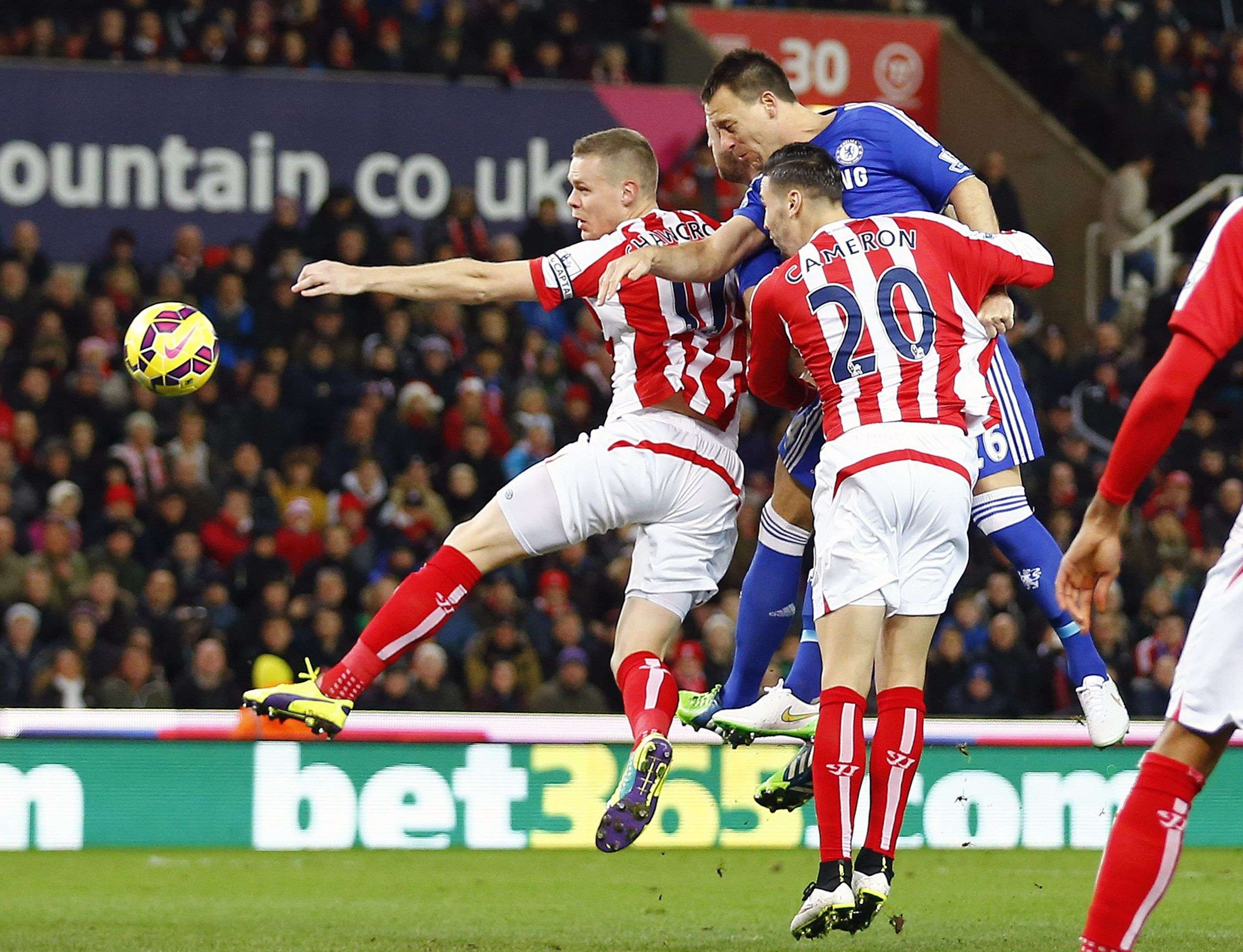 "Chelsea's John Terry (R in blue) heads the opening goal during their English Premier League soccer match against Stoke City at the Britannia Stadium in Stoke-on-Trent, northern England December 22, 2014. REUTERS/Darren Staples (BRITAIN - Tags: SPORT SOCCER) NO USE WITH UNAUTHORIZED AUDIO, VIDEO, DATA, FIXTURE LISTS, CLUB/LEAGUE LOGOS OR ""LIVE"" SERVICES. ONLINE IN-MATCH USE LIMITED TO 45 IMAGES, NO VIDEO EMULATION. NO USE IN BETTING, GAMES OR SINGLE CLUB/LEAGUE/PLAYER PUBLICATIONS. FOR EDITORIAL USE ONLY. NOT FOR SALE FOR MARKETING OR ADVERTISING CAMPAIGNS Foto: DARREN STAPLES/REUTERS"