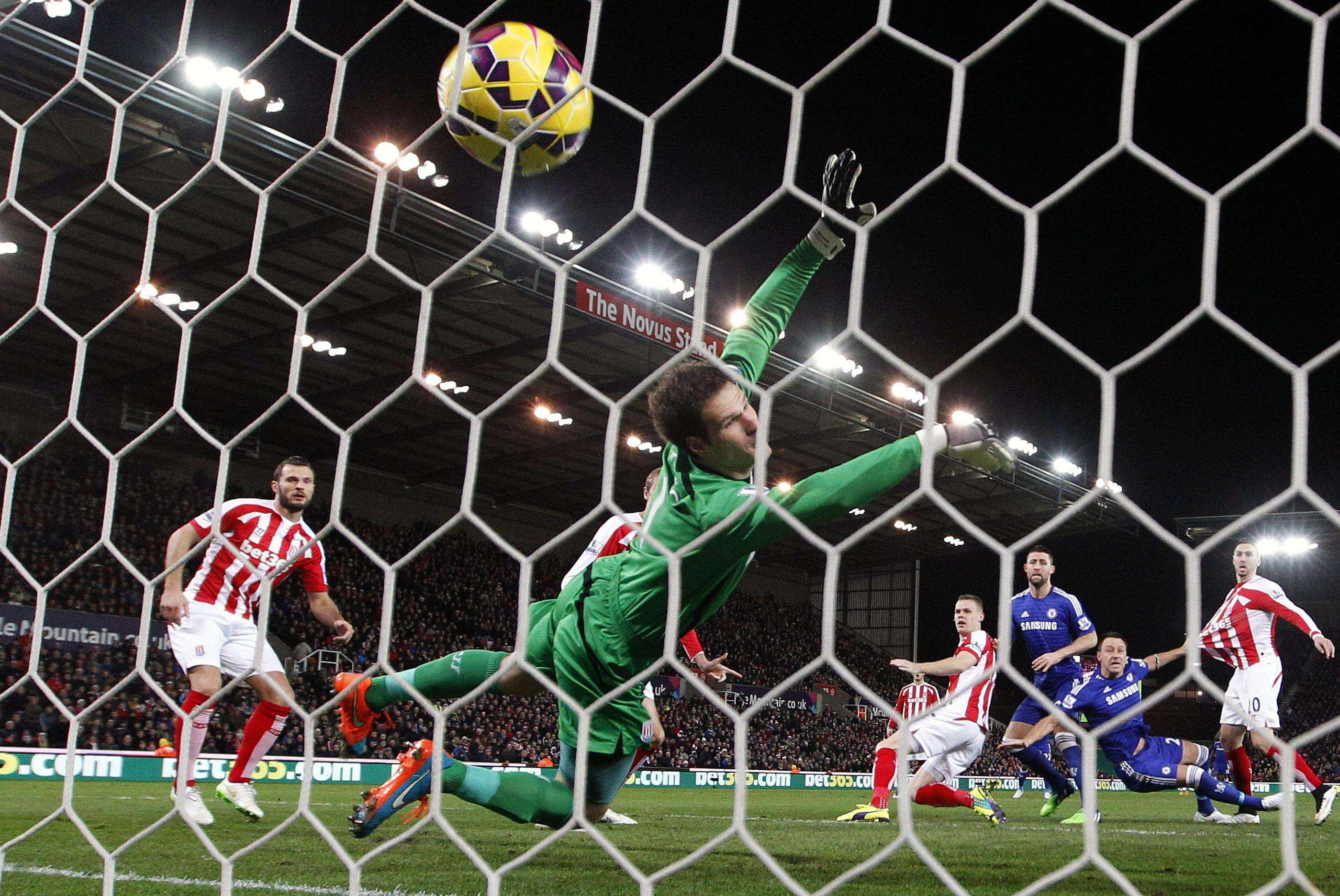 "Chelsea's John Terry (2nd R) scores the opening goal past Stoke City's Asmir Begovic (C) during their English Premier League soccer match at the Britannia Stadium in Stoke-on-Trent, northern England December 22, 2014. REUTERS/Darren Staples (BRITAIN - Tags: SPORT SOCCER) NO USE WITH UNAUTHORIZED AUDIO, VIDEO, DATA, FIXTURE LISTS, CLUB/LEAGUE LOGOS OR ""LIVE"" SERVICES. ONLINE IN-MATCH USE LIMITED TO 45 IMAGES, NO VIDEO EMULATION. NO USE IN BETTING, GAMES OR SINGLE CLUB/LEAGUE/PLAYER PUBLICATIONS. FOR EDITORIAL USE ONLY. NOT FOR SALE FOR MARKETING OR ADVERTISING CAMPAIGNS Foto: DARREN STAPLES/REUTERS"