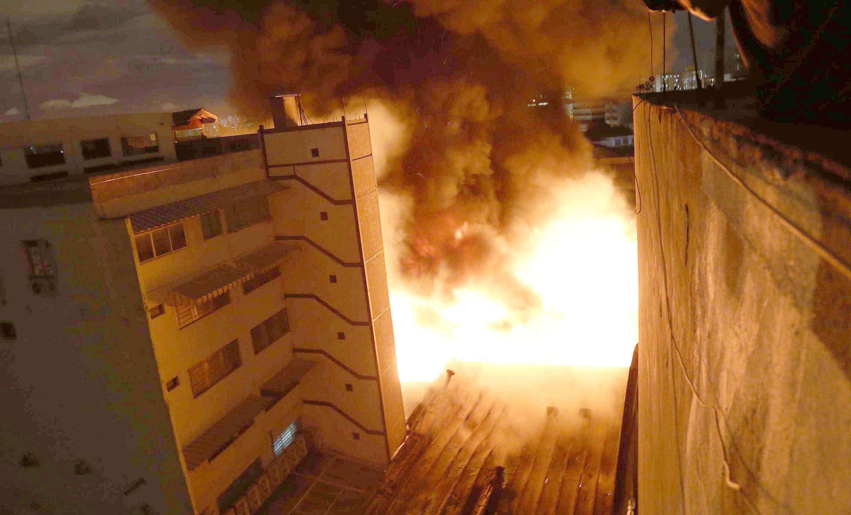 O fogo teria começado no estoque de uma das lojas e se alastrou devido a grande quantidade de material inflamável Foto: Leonardo Benassatto/Futura Press