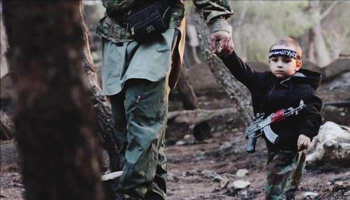 Mulher disse ter visto fotos nos sites do EI em que seu filho aparece Foto: VNews24/Reprodução