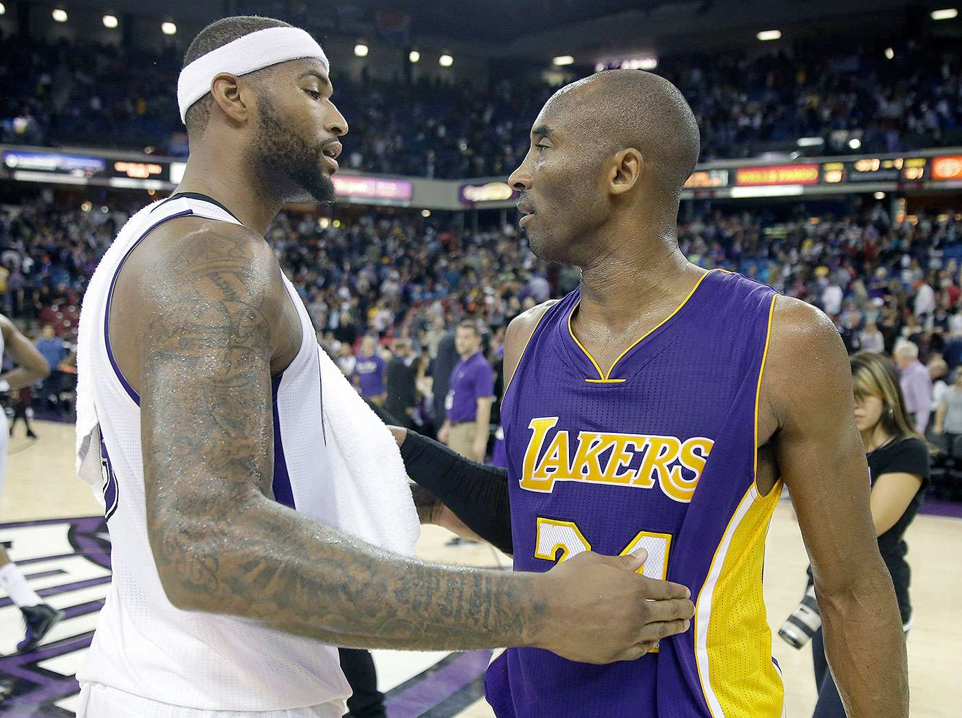 DeMarcus Cousins, pívot de los Kings de Sacramento, saluda a Kobe Bryant, alero de los Lakers de Los Ángeles, en el duelo del domingo 21 de diciembre de 2014 Foto: Rich Pedroncelli/AP